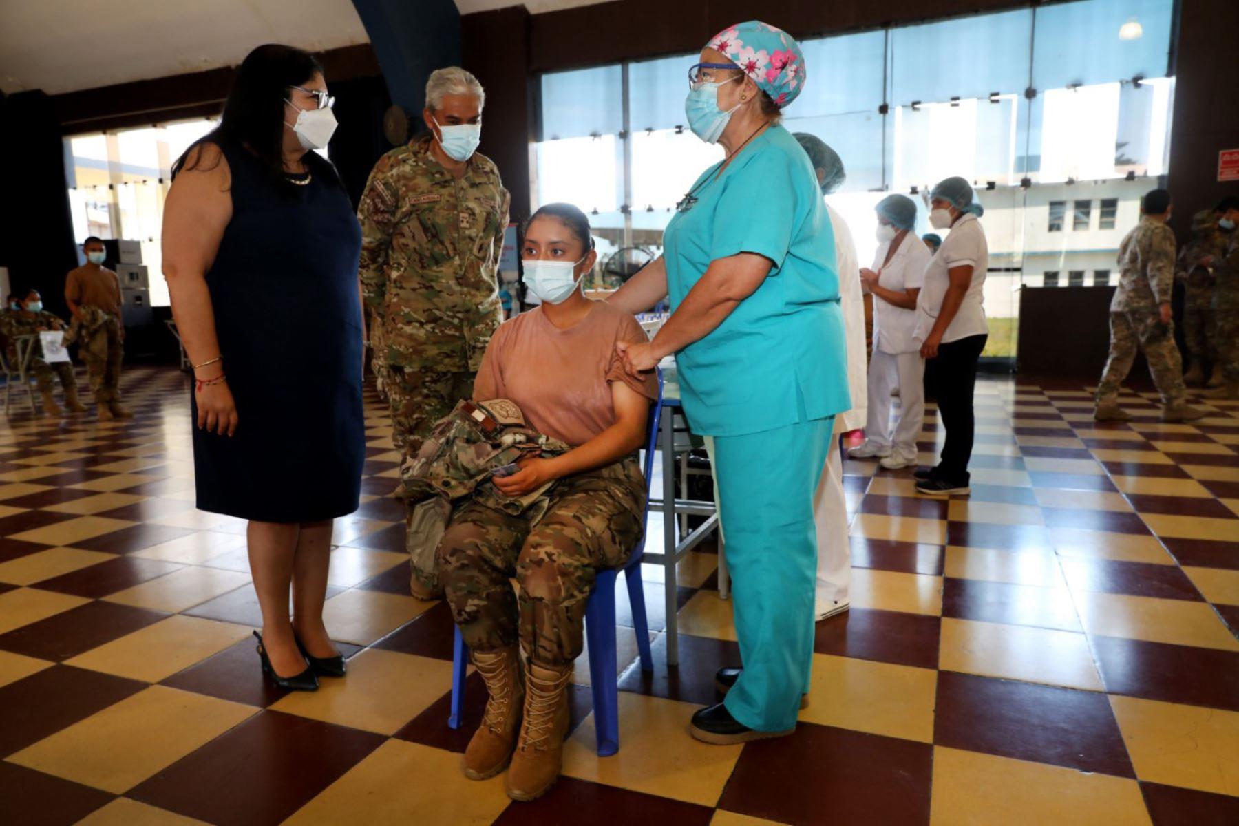 La ministra de Defensa, Nuria Esparch, supervisó  en la base aérea Las Palmas, en Santiago de Surco, el simulacro de vacunación al personal de la Fuerza Aérea del Perú, con miras al inicio del proceso de inmunización contra el covid-19 para los miembros de las Fuerzas Armadas.