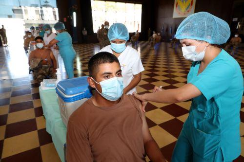 Ministra de Defensa supervisa simulacro de vacunación al personal de la Fuerza Aérea del Perú