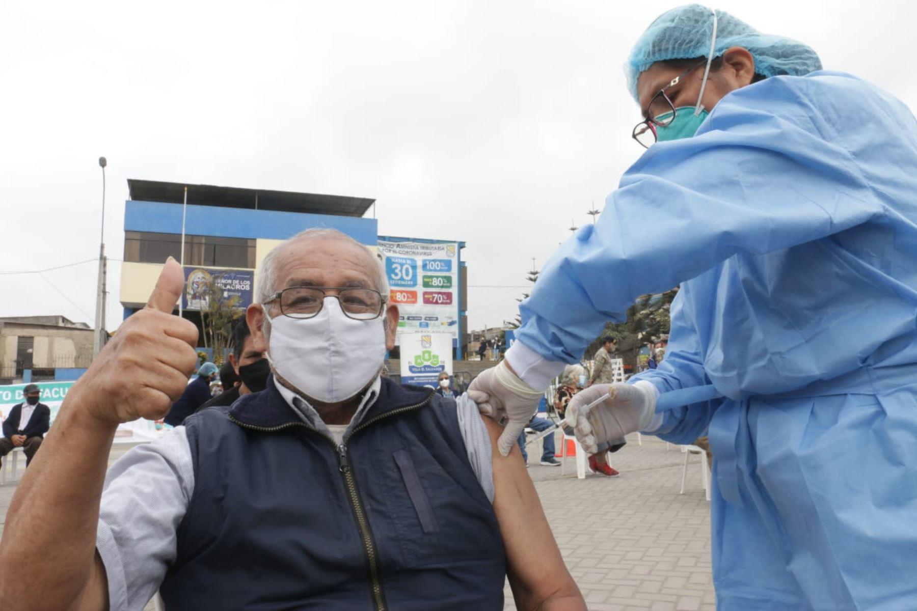 Vacunación contra el covid-19 a adultos mayores arrancará este lunes 8 con afiliados al Padomi de EsSalud. Foto: ANDINA/difusión.