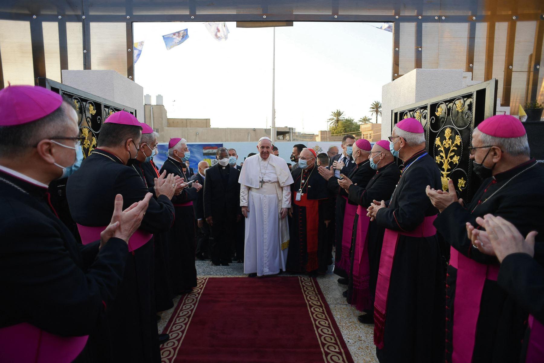 El Papa Francisco llegando para una misa en la Catedral de San José de Bagdad, en el segundo día de la primera visita papal a Irak.  Foto:  AFP