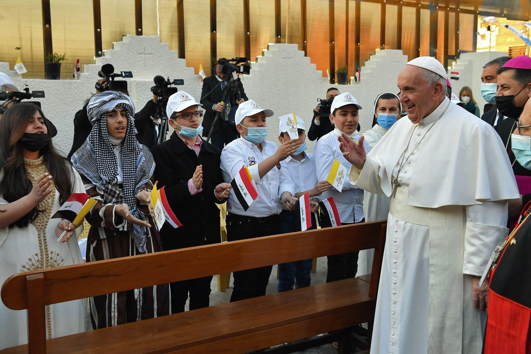 El Papa Francisco  recibido por niños a su llegada para una misa en la Catedral de San José de Bagdad en el segundo día de la primera visita papal a Irak.  Foto: AFP