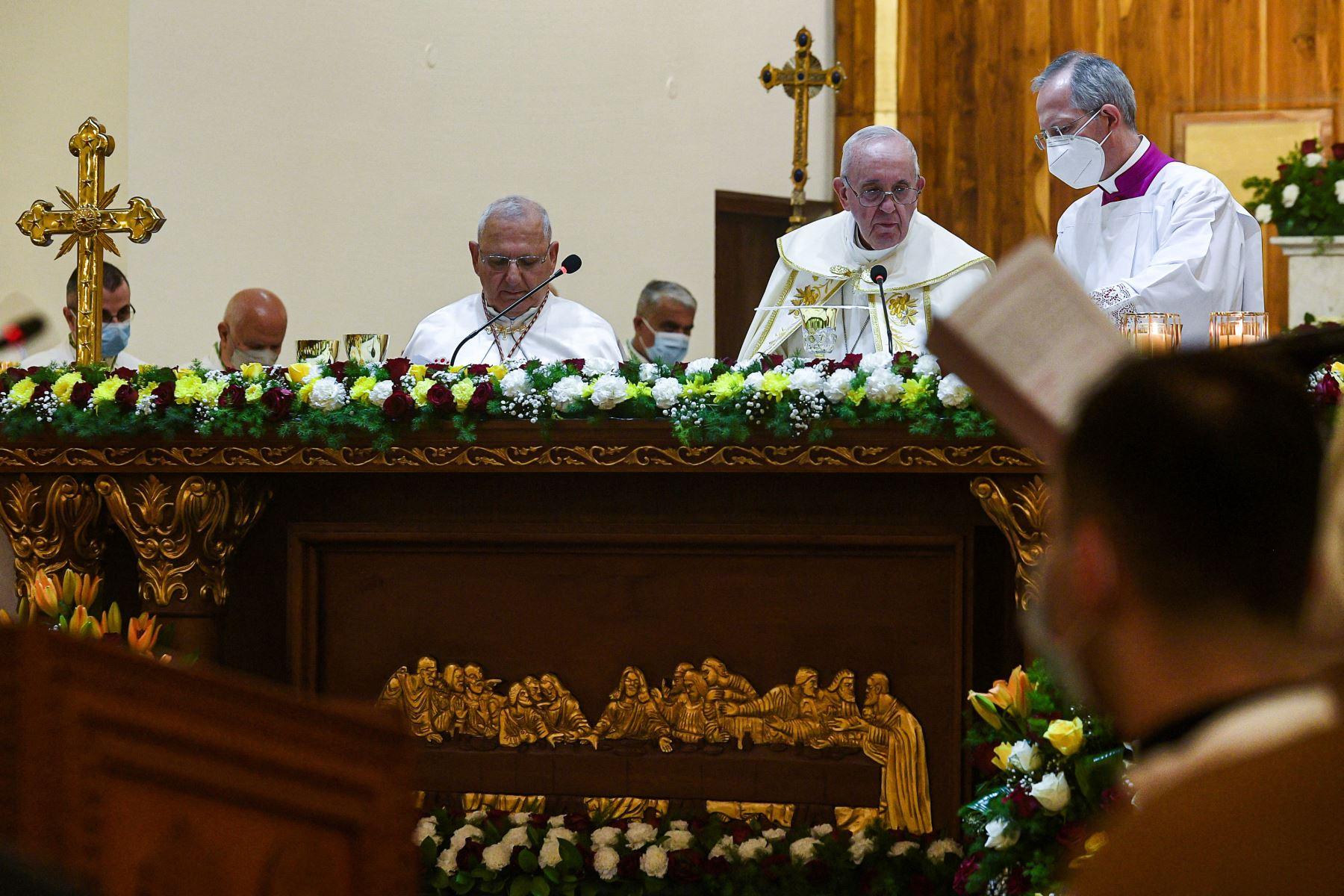 El Papa Francisco , acompañado por el Cardenal Louis Raphael I Sako , Patriarca de Babilonia de los Caldeos y jefe de la Iglesia Católica Caldea, preparando eucaristía durante la misa, en el 2do de visita en Irak. Foto: AFP
