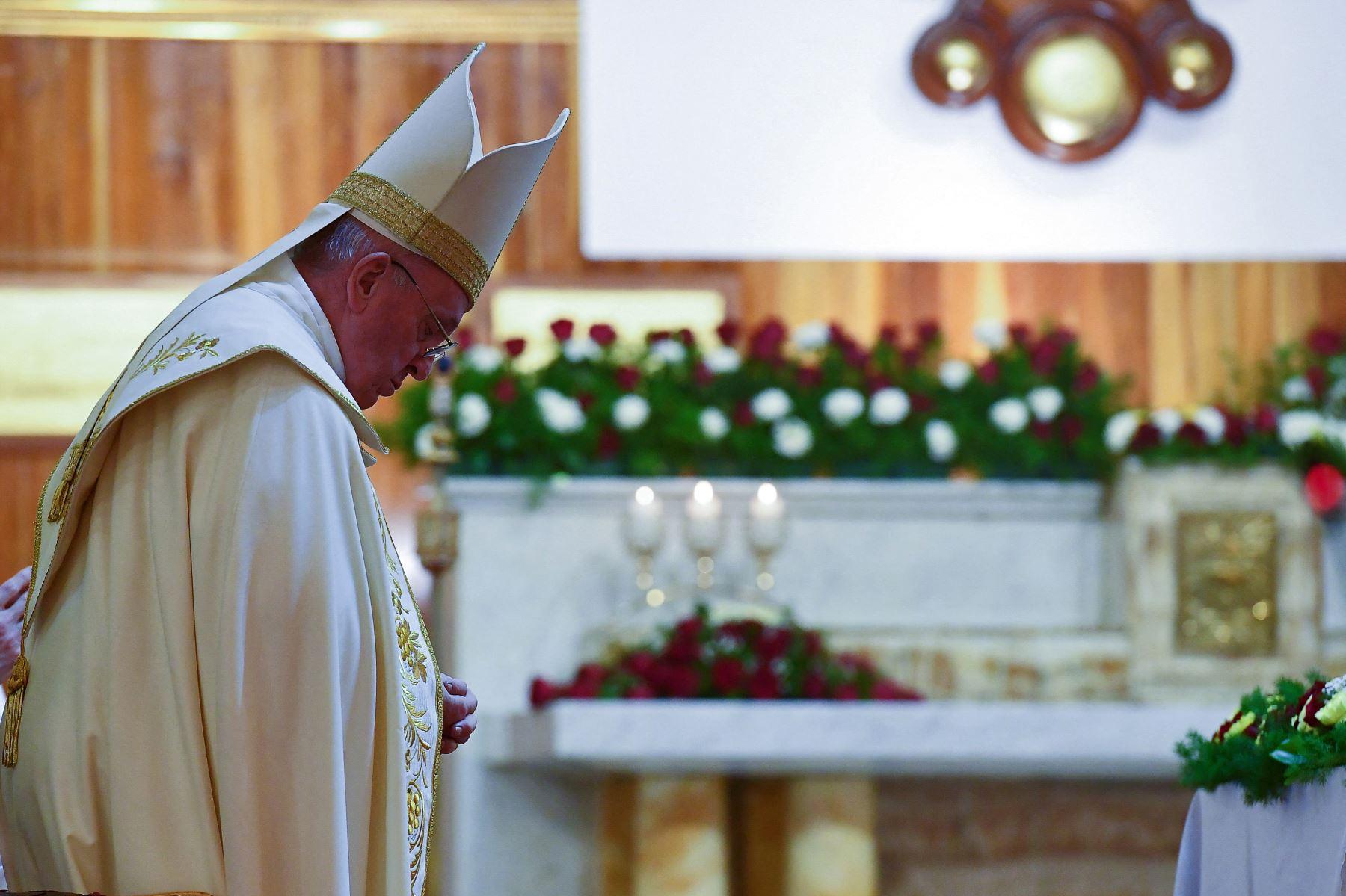 El Papa Francisco rezando durante la misa en la Catedral de San José de Bagdad en el segundo día de la primera visita papal a Irak.  Foto: AFP