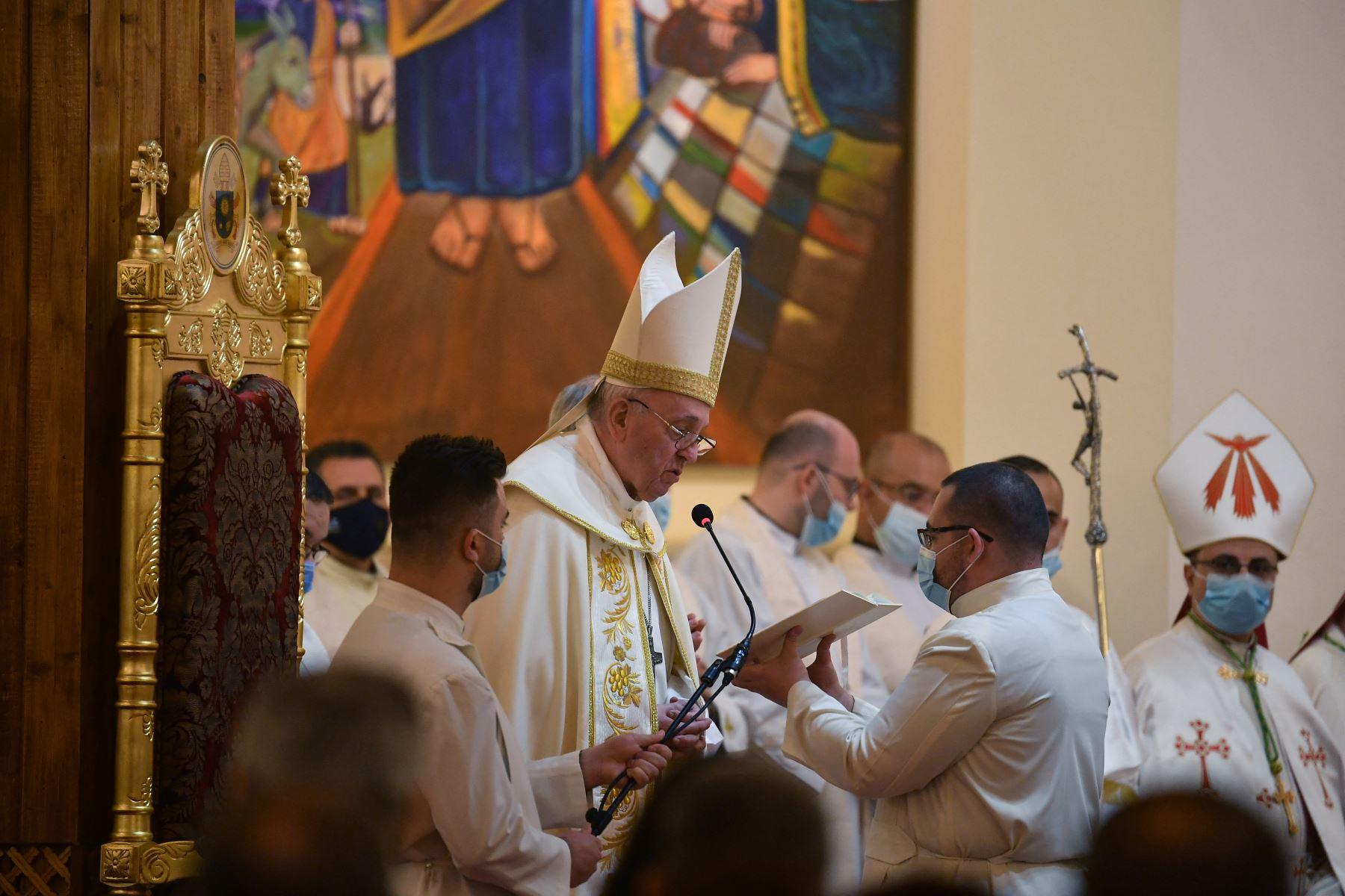 El Papa Francisco lee la liturgia mientras dirige la misa en la Catedral de San José de Bagdad en el segundo día de la primera visita papal a Irak. Foto: AFP