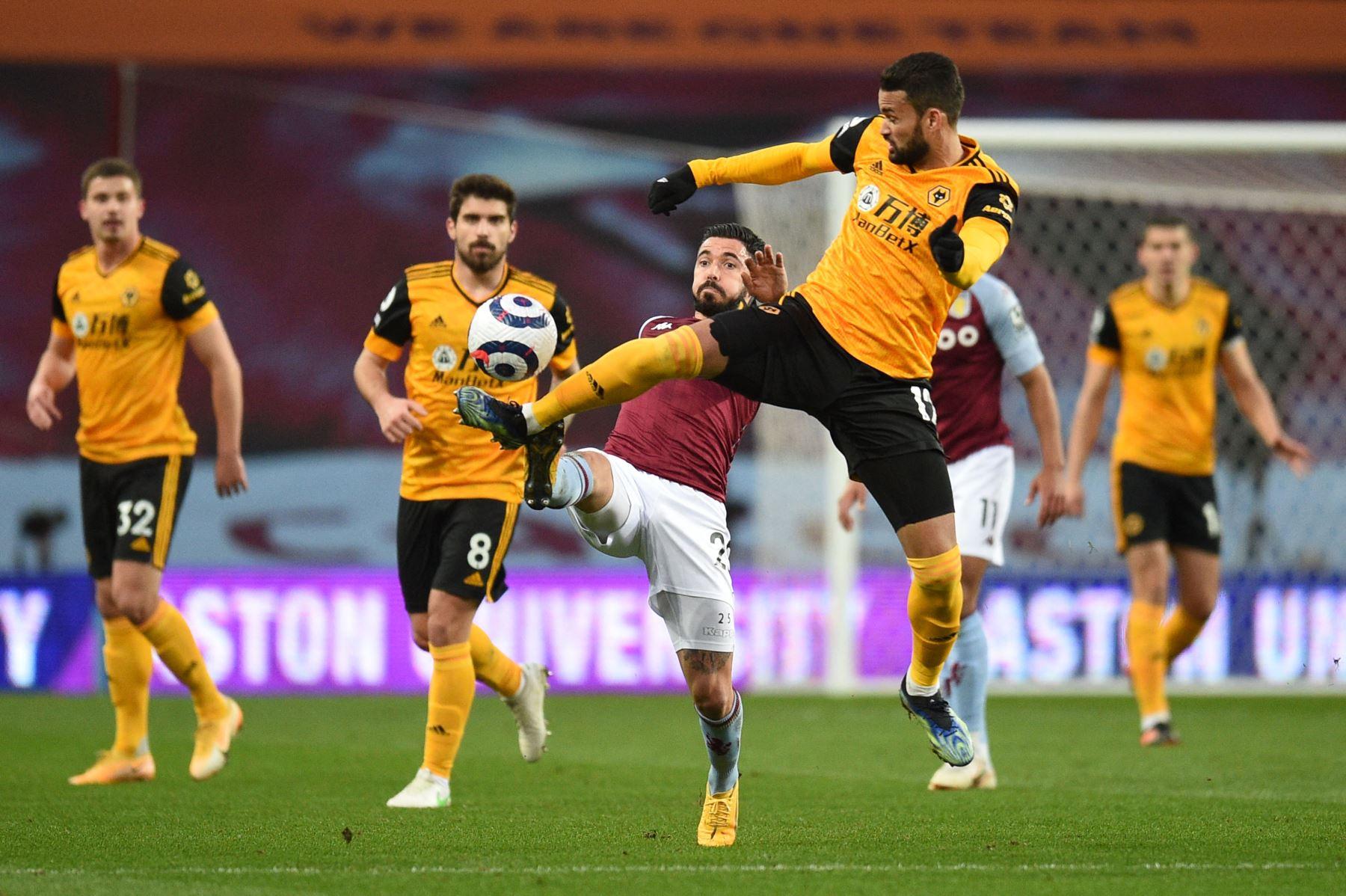El centrocampista francés de Aston Villa Morgan Sanson y el delantero brasileño de Wolverhampton Wanderers Willian José van por el balón durante el partido de fútbol de la Premier League inglesa entre Aston Villa y Wolverhampton Wanderers. Foto: AFP