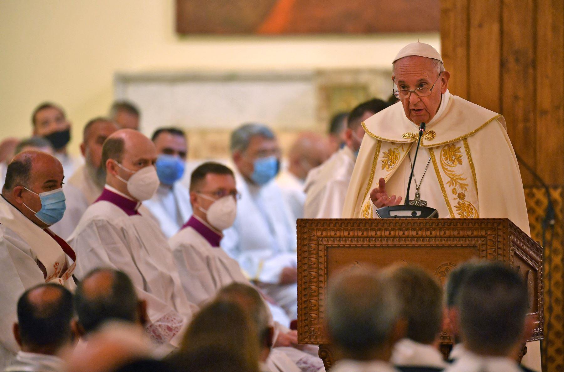 El Papa Francisco da un sermón durante la misa en la Catedral de San José de Bagdad en el segundo día de la primera visita papal a Irak. Foto: AFP