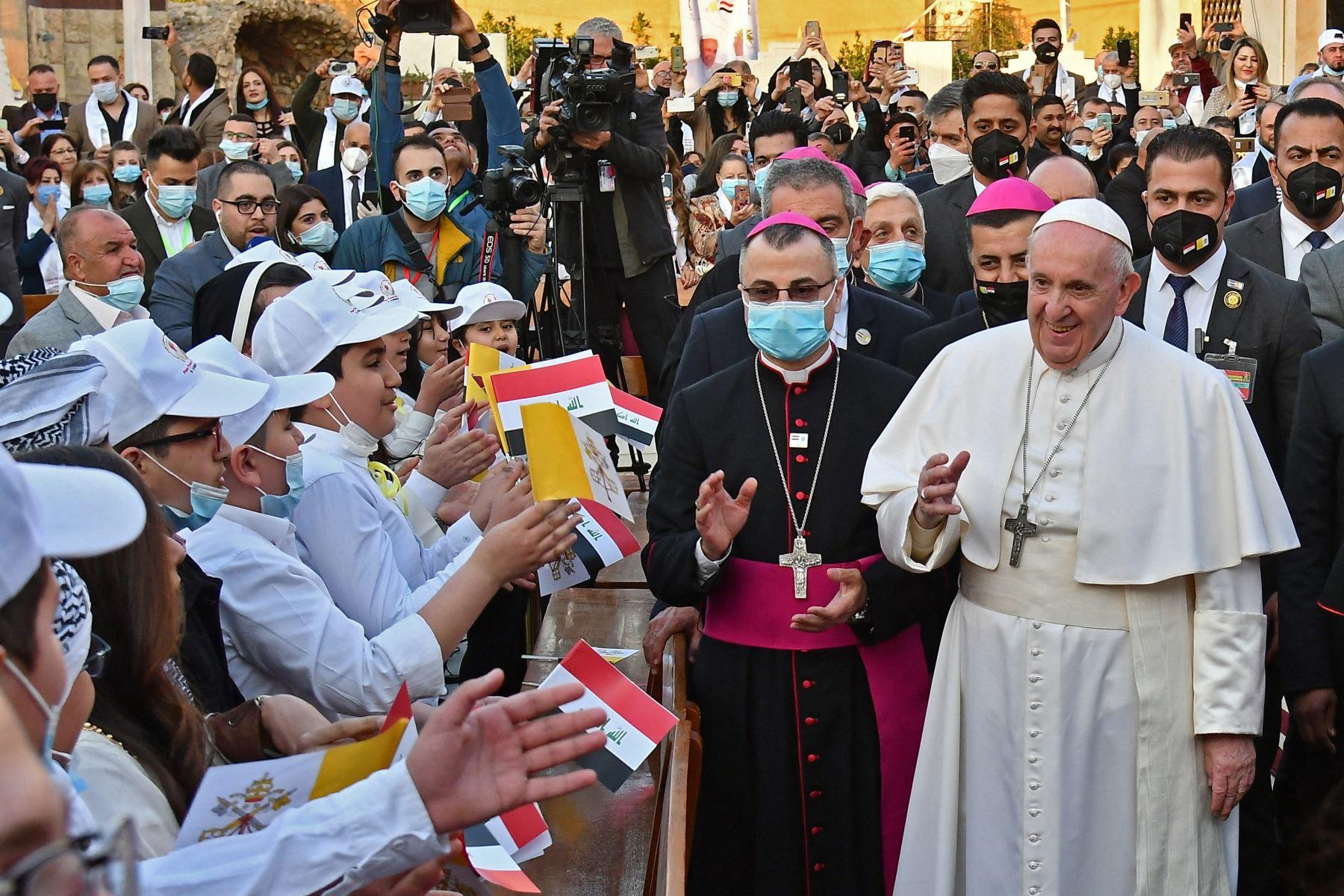 El Papa Francisco es recibido por niños a su llegada a la Catedral de San José de Bagdad en el segundo día de la primera visita papal a Irak. Foto: AFP