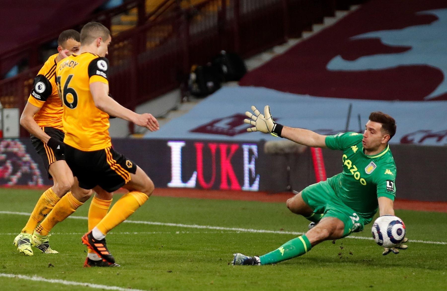 El portero del Aston Villa Emiliano Martinez  guarda en acción contra Conor Coady de Wolverhampton durante el partido de fútbol de la Premier League inglesa entre Aston Villa y Wolverhampton Wanderers. Foto: EFE