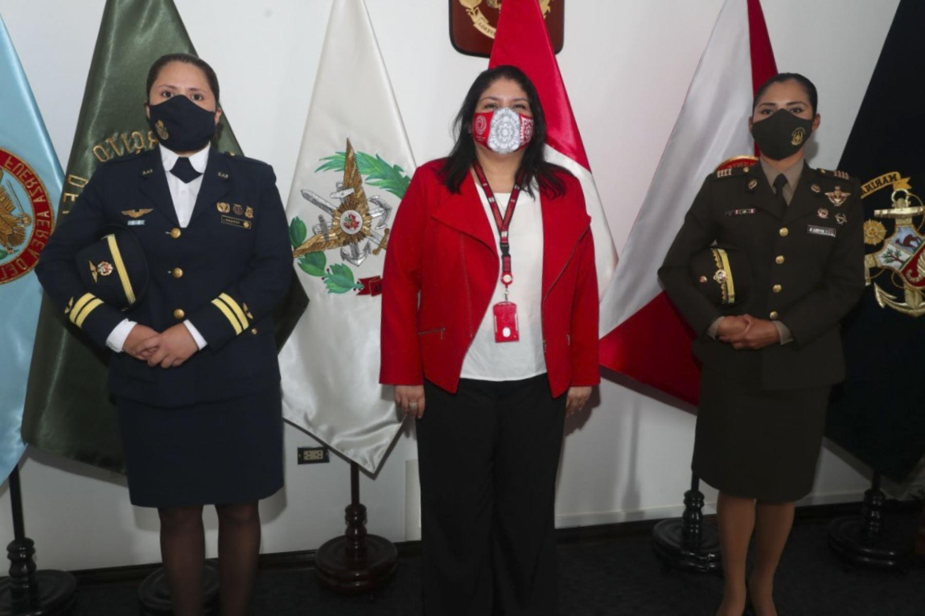 Ministra Nuria Esparch junto con la capitana FAP Ruth Sedano y la mayor EP Ingrid Rivera. Foto: Difusión/ANDINA.