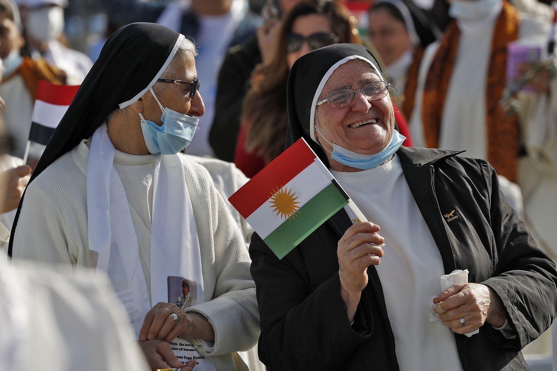 Una monja sostiene una bandera de Kurdistán mientras espera la llegada del Papa Francisco al Estadio Franso Hariri en Arbil, en la capital de la región autónoma kurda del norte de Irak. El Papa Francisco, en su histórica gira por Irak, visita hoy comunidades cristianas que soportaron la brutalidad del grupo. Foto: AFP