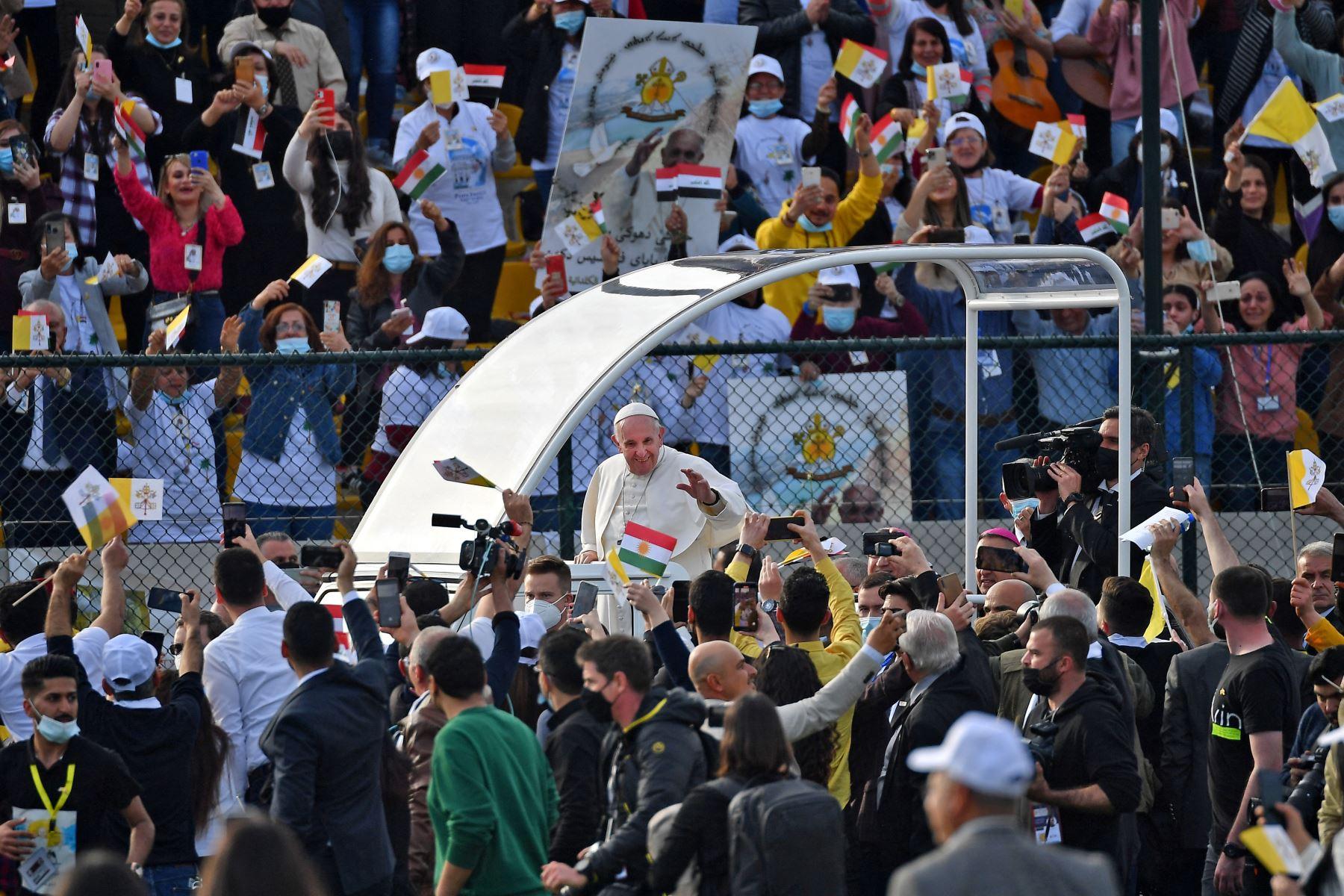 El Papa Francisco bendice a las personas cuando llega en el vehículo papamóvil al Estadio Franso Hariri en Arbil, en la capital de la región autónoma kurda del norte de Irak.  Foto: AFP