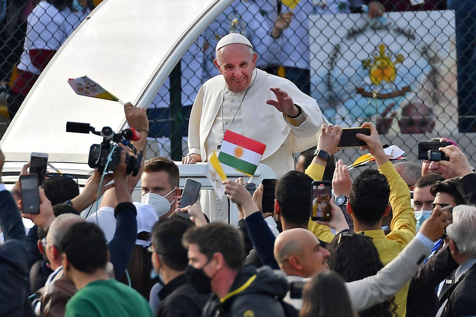 El Papa Francisco bendice a las personas cuando llega en el vehículo papamóvil al Estadio Franso Hariri, en la capital de la región autónoma kurda del norte de Irak.  Foto: AFP