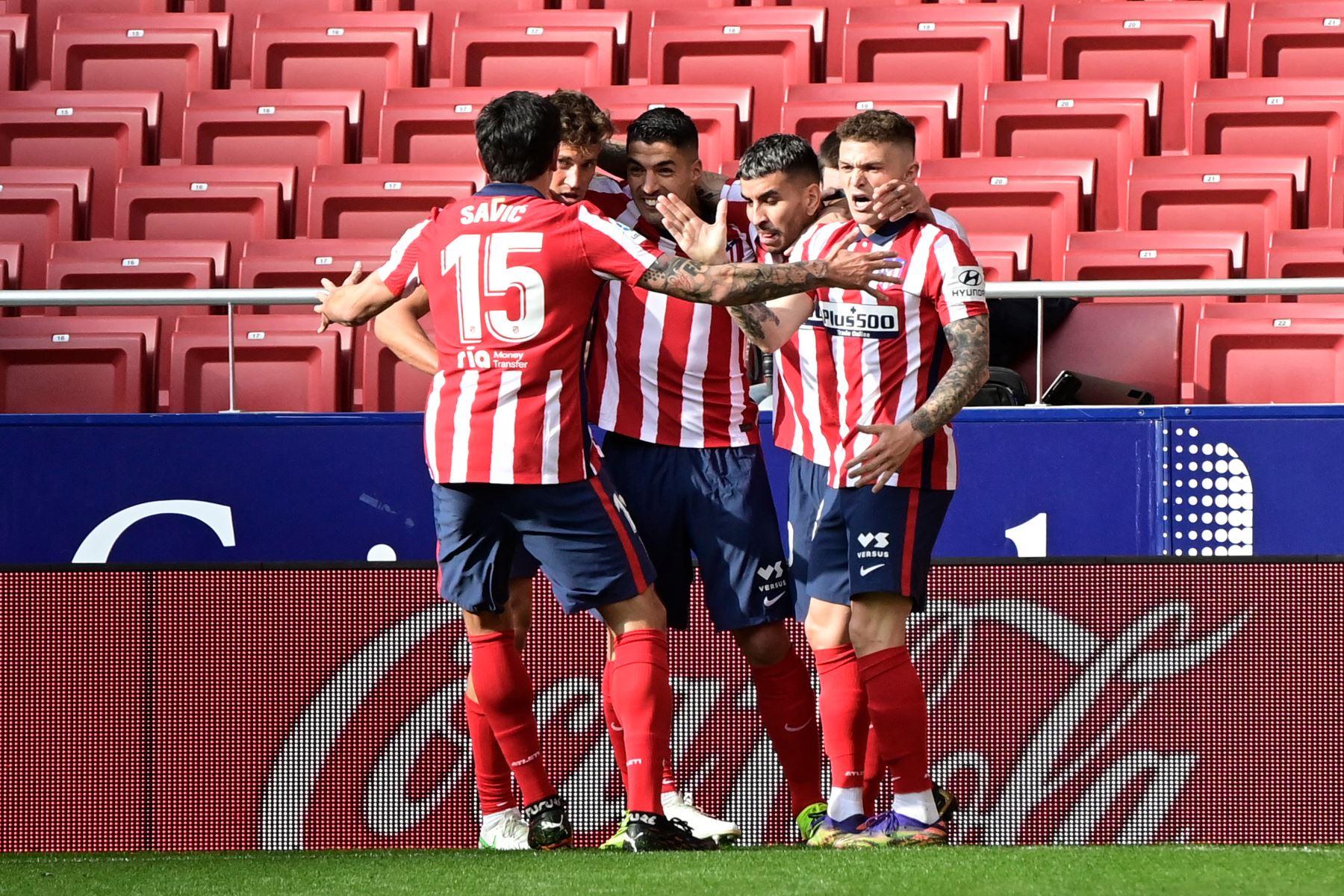 El delantero uruguayo del Atlético de Madrid Luis Suárez celebra con sus compañeros tras anotar durante el partido de fútbol de la liga española Club Atlético de Madrid contra el Real Madrid. Foto: AFP