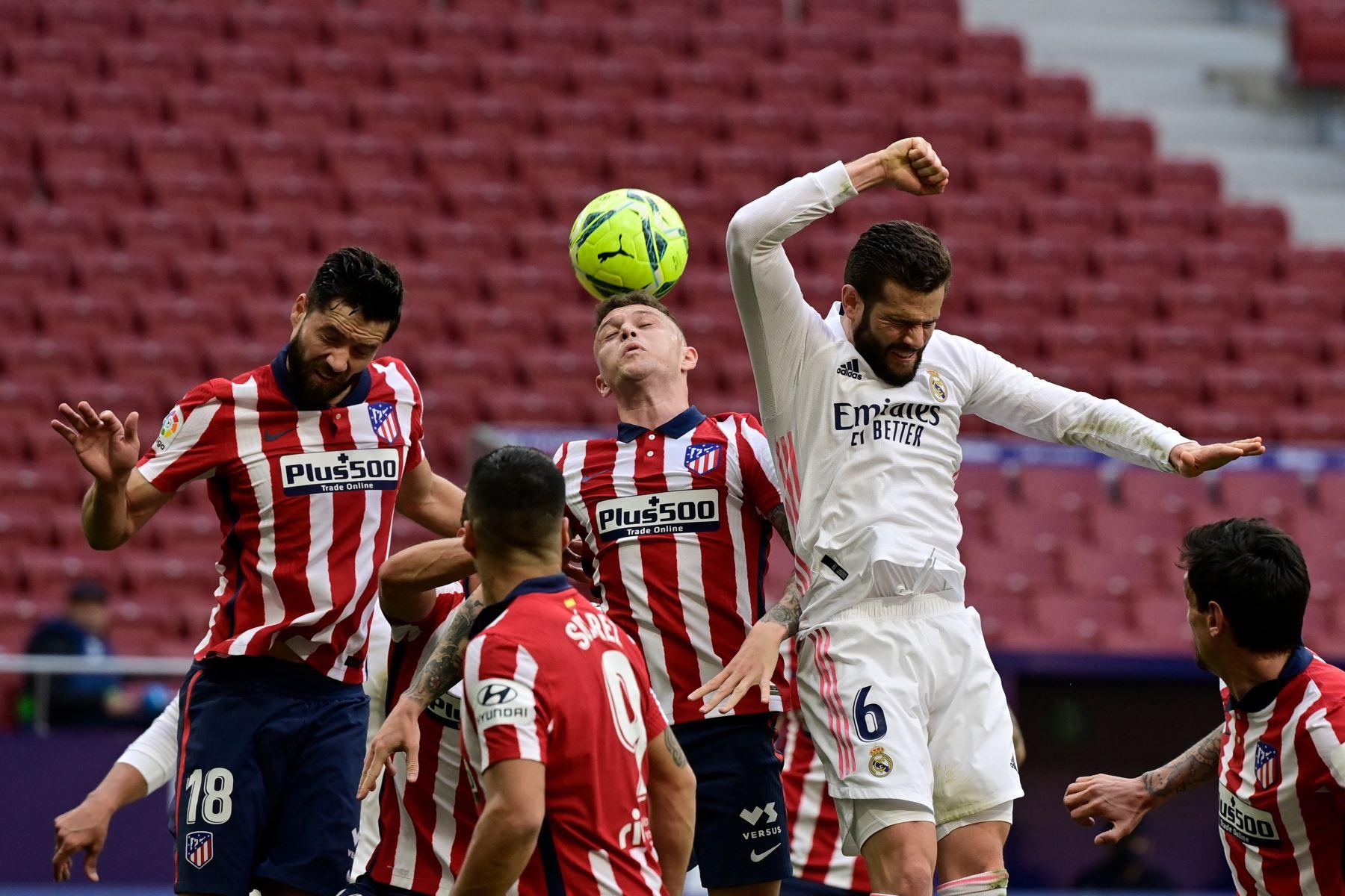 El defensor inglés del Atlético de Madrid Kieran Trippier  dirige el balón durante el partido de fútbol de la liga española Club Atlético de Madrid contra el Real Madrid. Foto: AFP