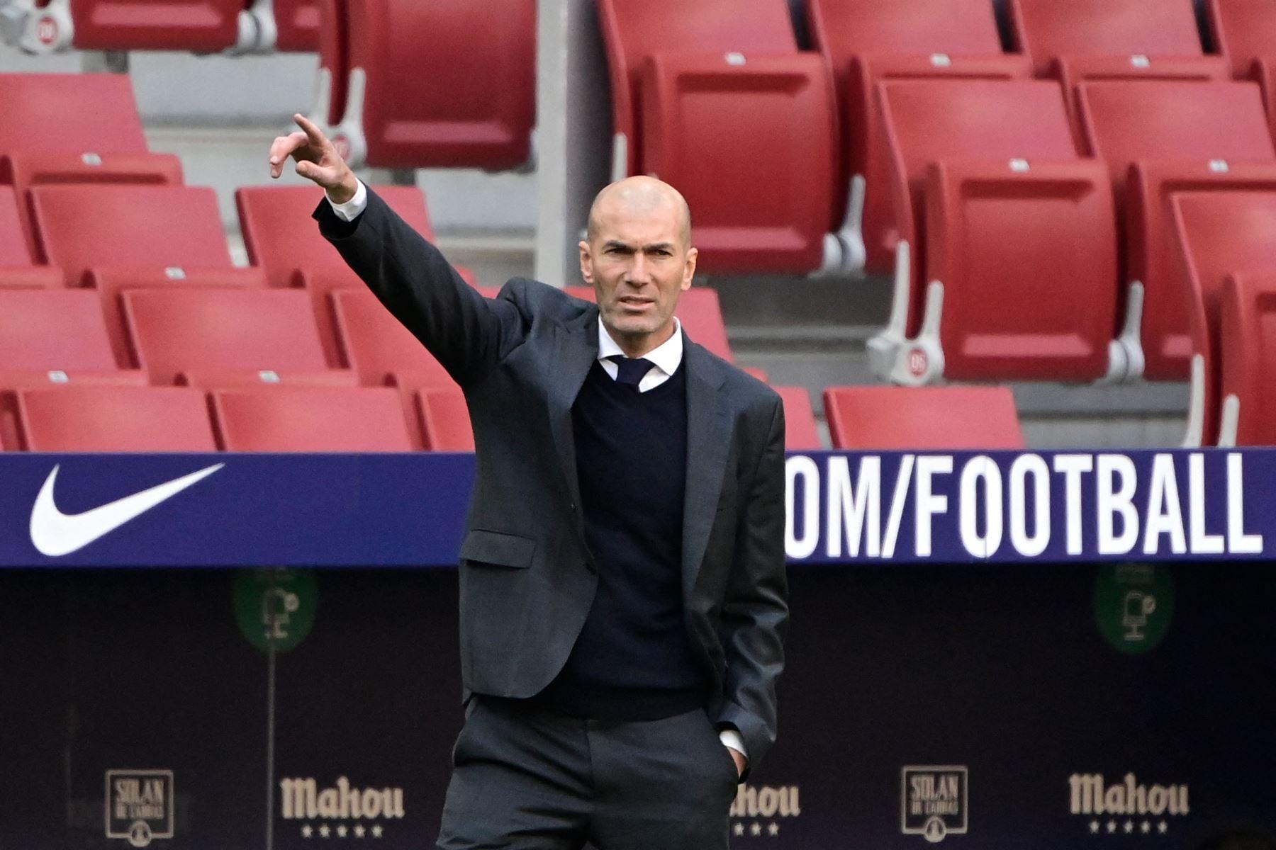El técnico francés del Real Madrid, Zinedine Zidane, hace gestos durante el partido de fútbol de la liga española Club Atlético de Madrid contra el Real Madrid. Foto: AFP