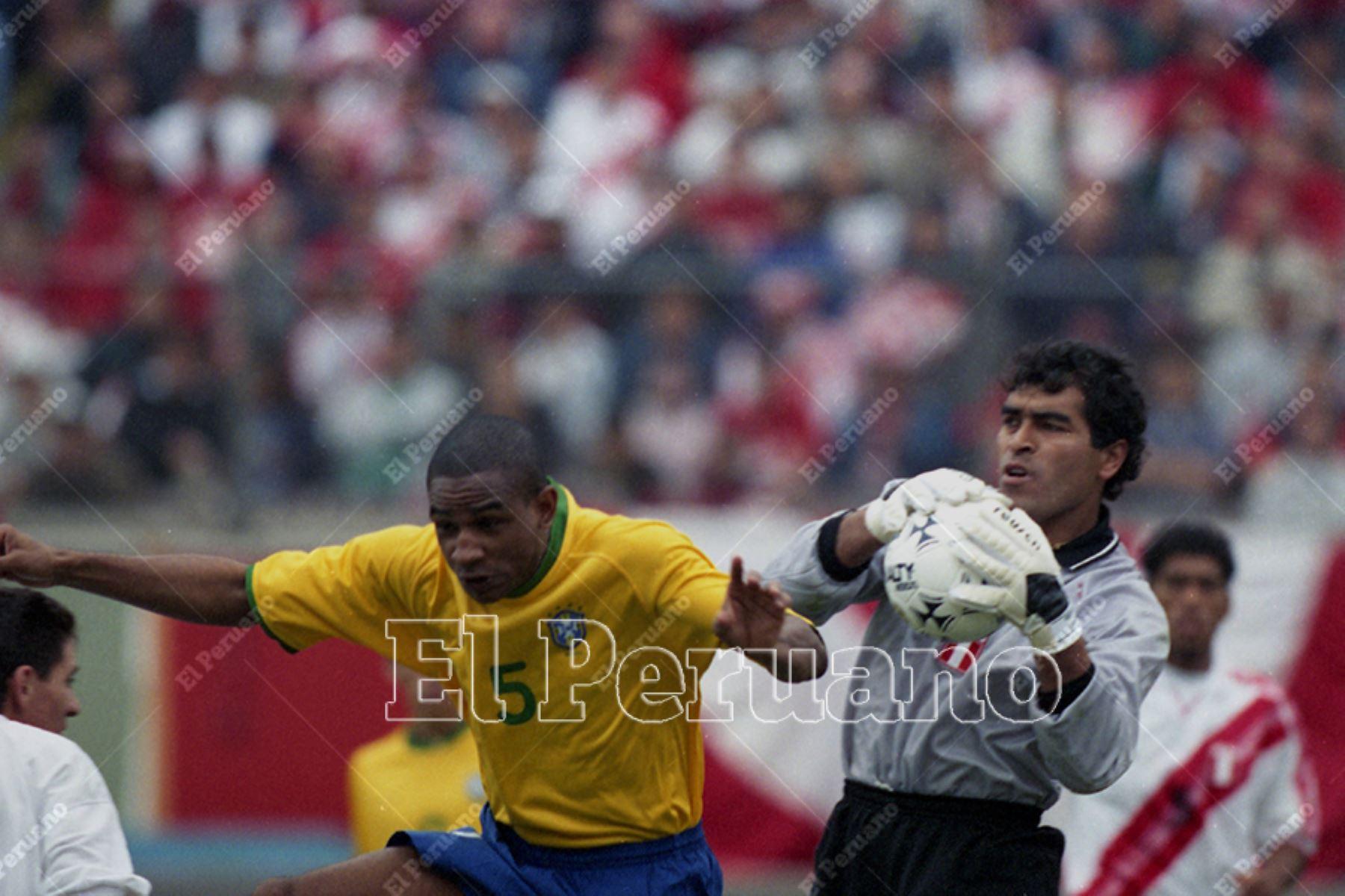 Lima - 4 junio 2000 / El portero Miguel Miranda en el partido entre Perú y Brasil por la tercera fecha de las eliminatorias al mundial Corea-Japón 2002.  Foto: Diario El Peruano / Jack Ramón