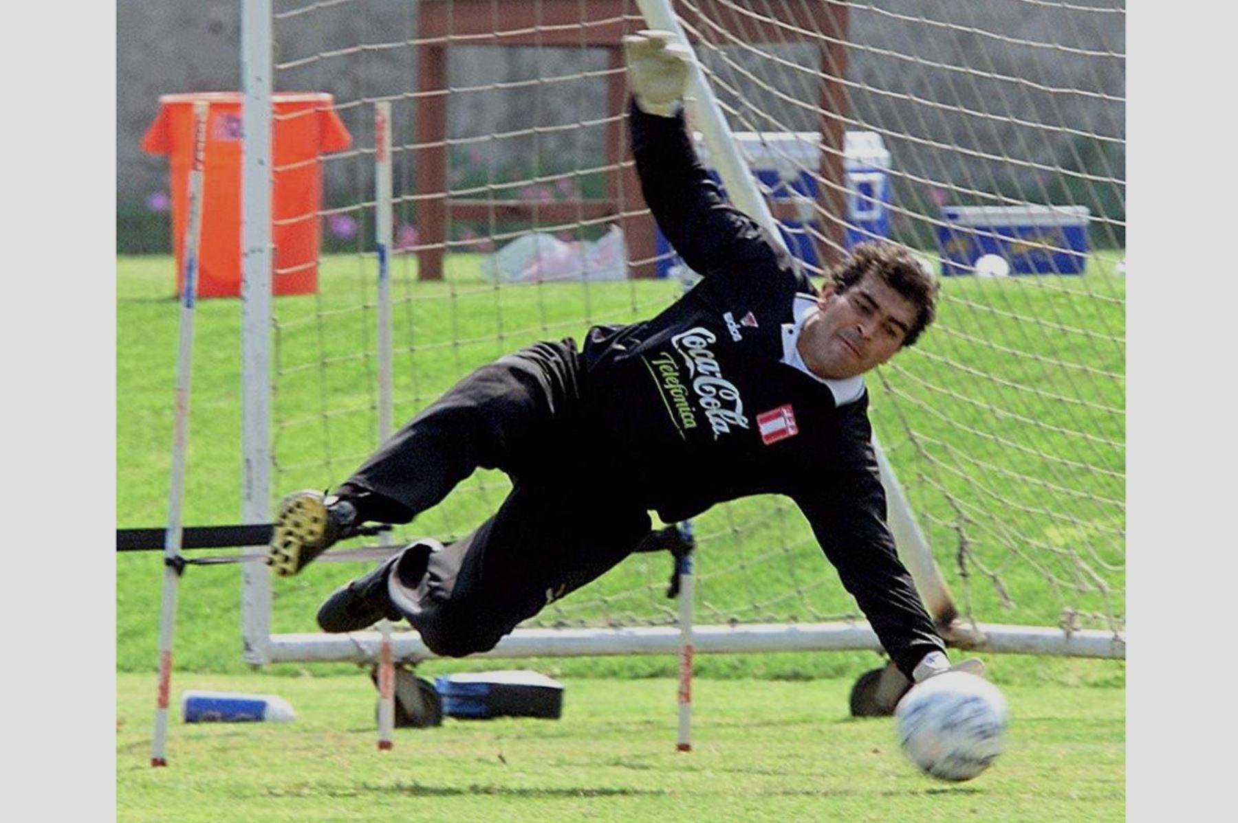 Lima - 31 mayo 2000 / El arquero de la selección peruana Miguel Miranda ataja el balón durante el entrenamiento de su equipo con vistas al partido del  4 de junio frente a Brasil por las eliminatorias del mundial Japón-Corea del Sur 2002.  Foto: AFP