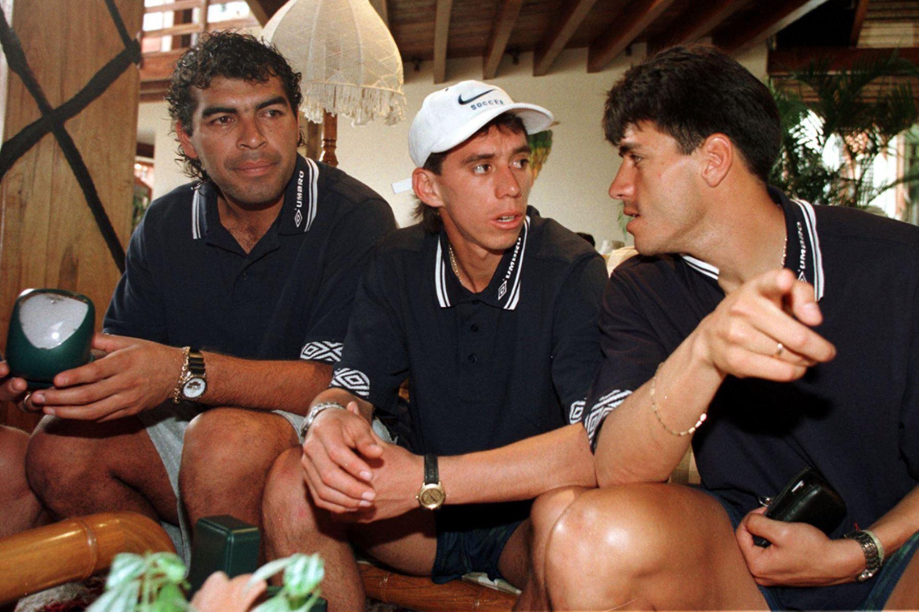 Los seleccionados Miguel Miranda, Miguel Rebossio y Alfonso Dulanto en el hotel de Santa Cruz donde se concentra la delegación peruana. Perú enfrentará a Brasil en una de las semifinales de la Copa América de Bolivia 1997.  Foto: AFP