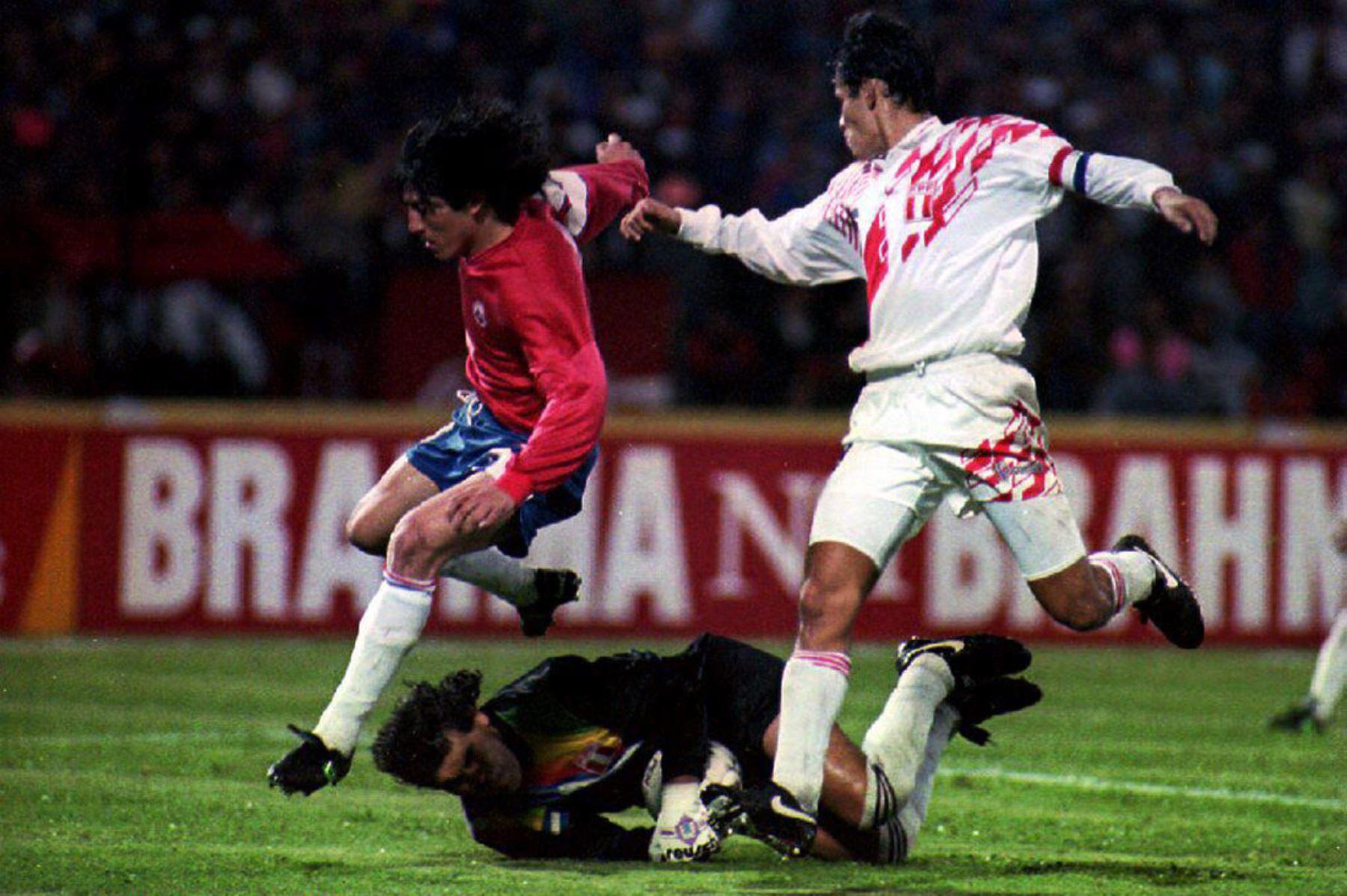 El portero  Miguel Miranda de gran actuación en el triunfo de Perú sobre Chile en la Copa América de 1993.  Foto: AFP