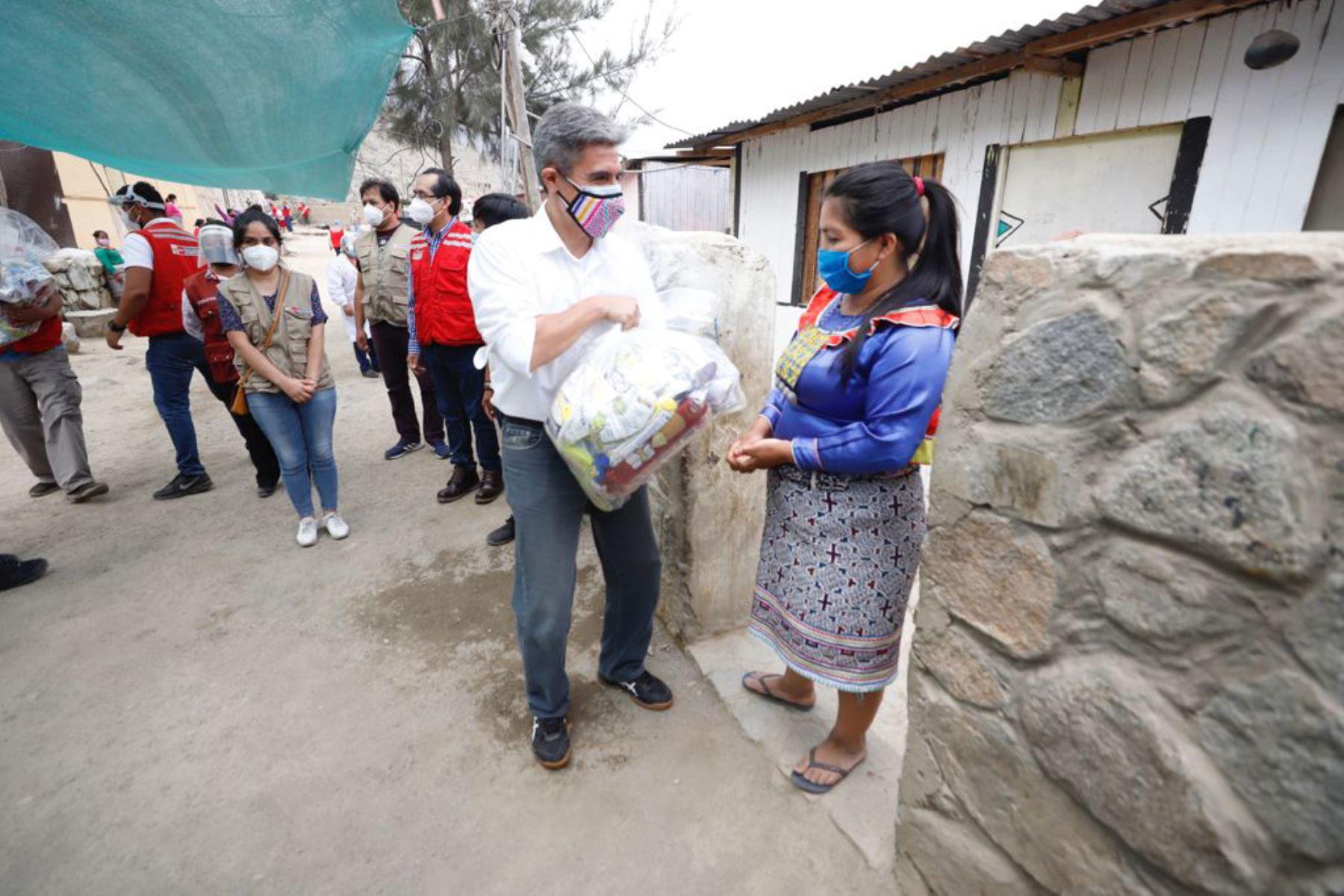 Ministro de Cultura, Alejandro Neyra supervisó la entrega de alimentos a la población Shipibo-Konibo asentada en Santa Eulalia. Foto: Mincul