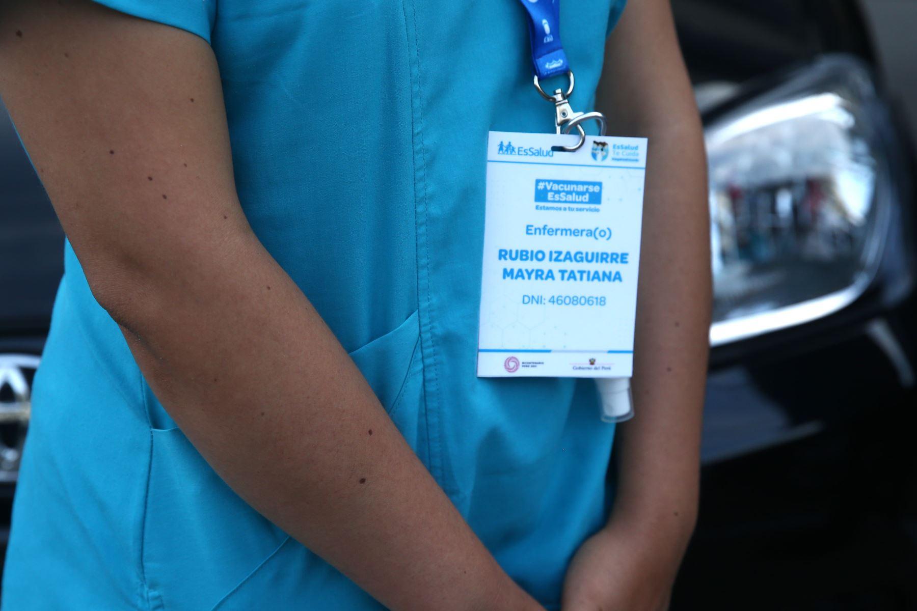 Personal de Essalud inicia el proceso de vacunación para adultos mayores de 85 años con  vacunas  móvil de PADOMI, que llegará al hogar de cada asegurado. Foto: ANDINA/ Vidal Tarqui