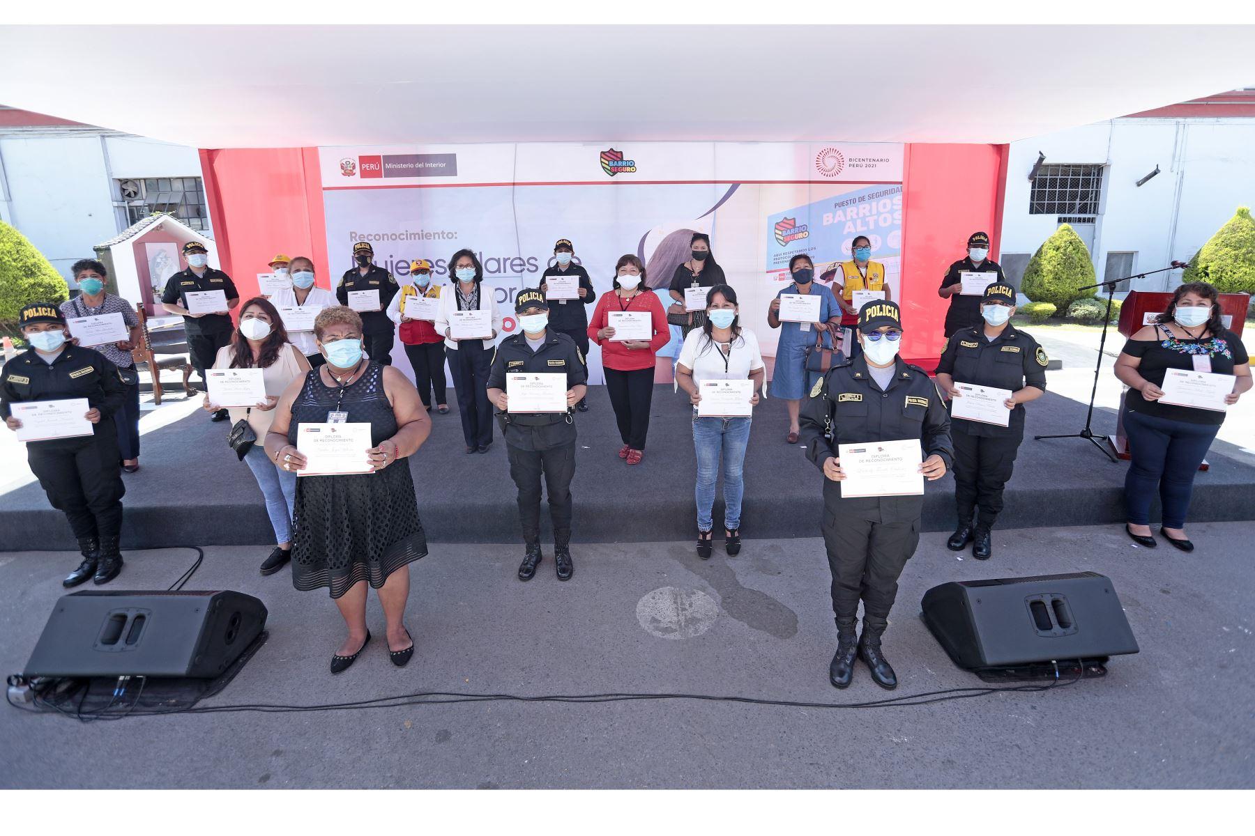 El Presidente Francisco Sagasti junto con el titular del Ministerio del Interior José Elice, encabezaron  la ceremonia de reconocimiento a las lideresas locales de las juntas vecinales de seguridad ciudadana y a mujeres policías comunitarias. Foto: ANDINA/ Prensa Presidencia