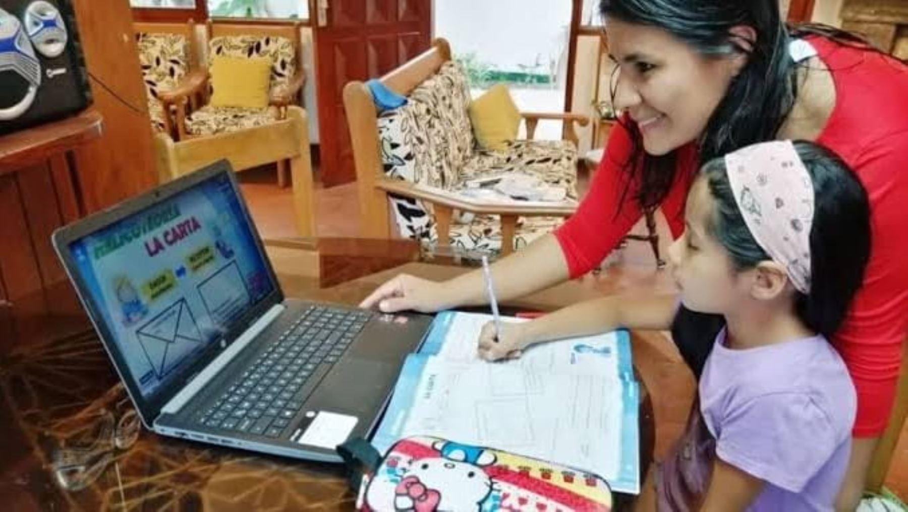 Ministerio de Salud recomienda a los padres a acompañar a sus hijos en el regreso a clases virtuales. Foto: Minsa