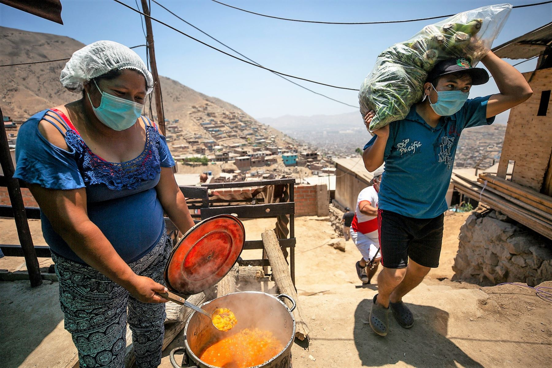 La organización popular, por medio de los comedores y las ollas comunes, trabaja de manera incansable para garantizar la alimentación de las familias vulnerables al covid-19. Foto: MML/Difusión
