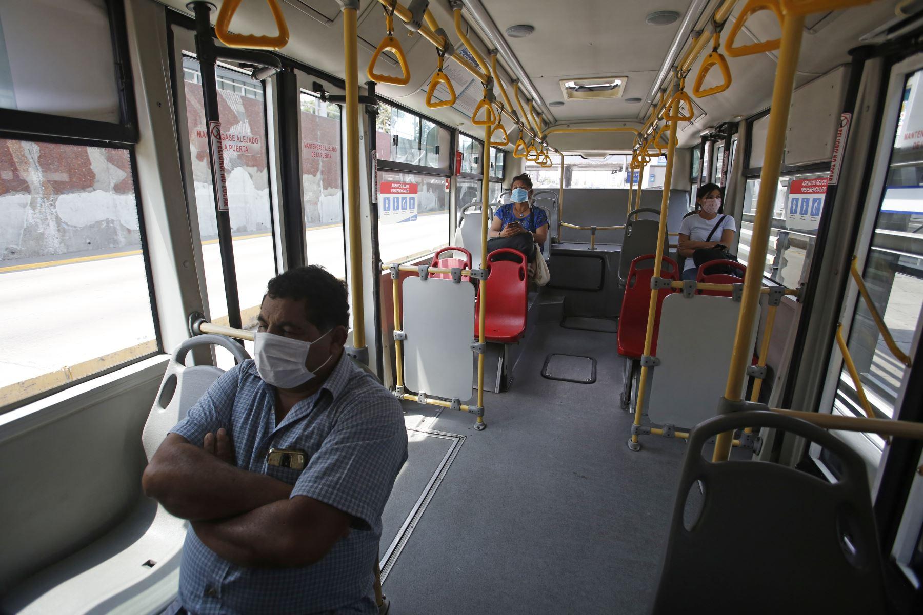 Segundo día tras declaratoria de emergencia por Coronavirus. Pasajes mantienen distancia social en bus del Metropolitano. Foto: ANDINA/Renato Pajuelo