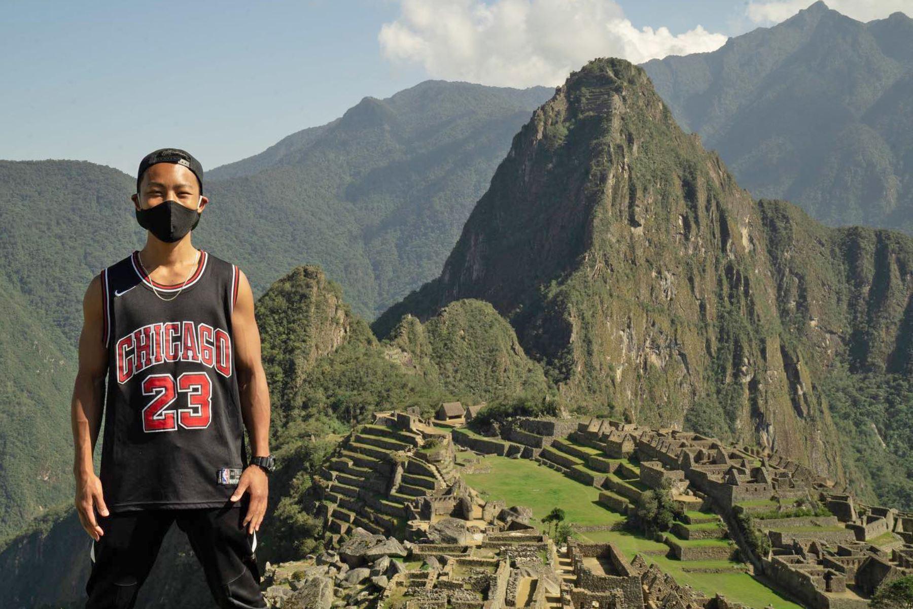 El japonés Jesse Katayama, instructor de boxeo de 26 años de edad, se haría conocido en el mundo por ser el único y primer turista en recorrer y contemplar la ciudadela Inca de Machu Picchu luego de anunciarse su reapertura tras siete meses de permanecer cerrada por la primera ola del virus. Foto: Cortesía/ Jesse Katayama