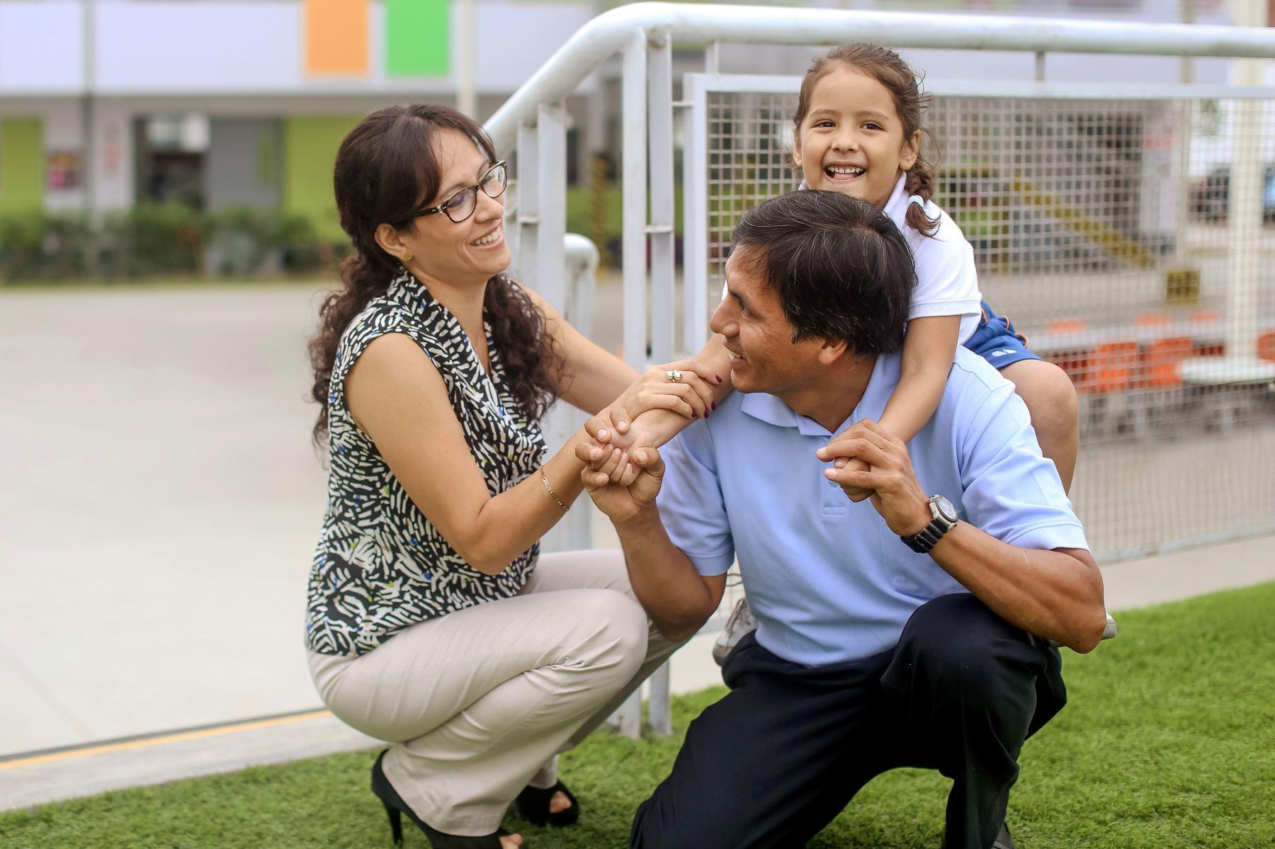 Gracias al período de confinamiento y al trabajo remoto, los padres hablan ahora más con sus hijos. Foto: ANDINA/difusión.