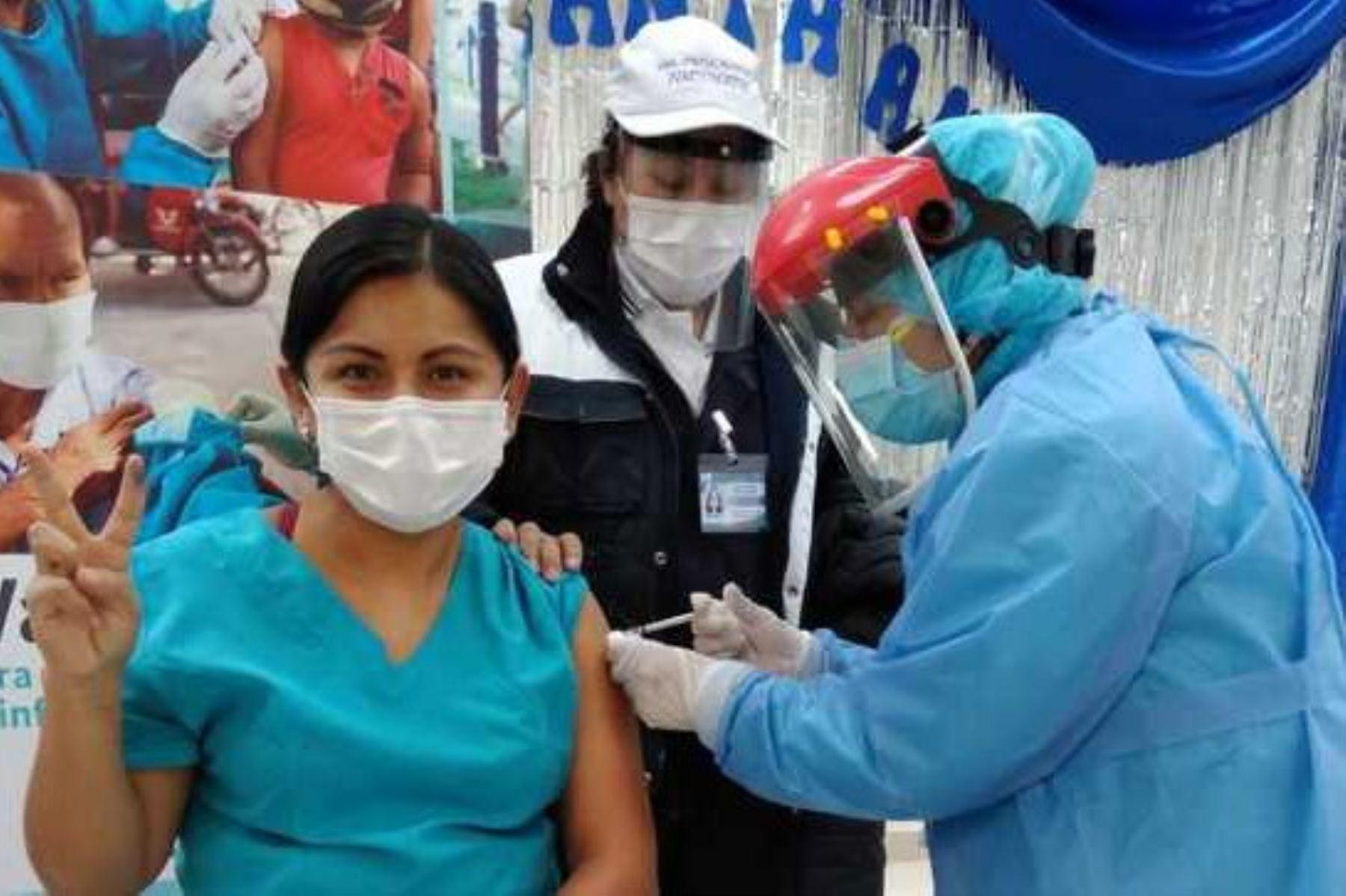 Avanza la vacunación del personal de salud en la región Huancavelica.