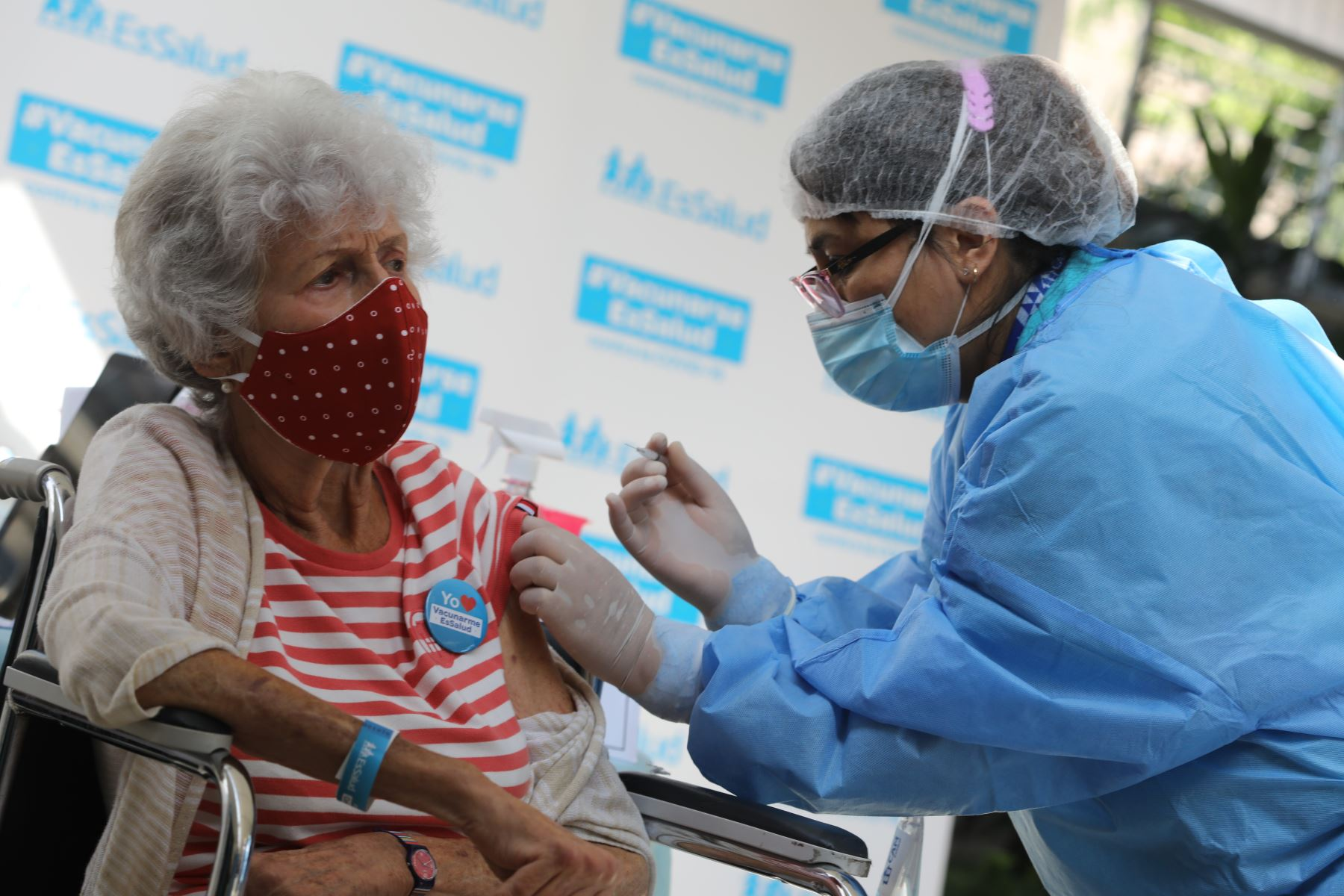 Los adultos mayores que lleven tratamiento médico deben consultar a un especialista 48 horas antes de ser inoculados. Foto: ANDINA/EsSalud