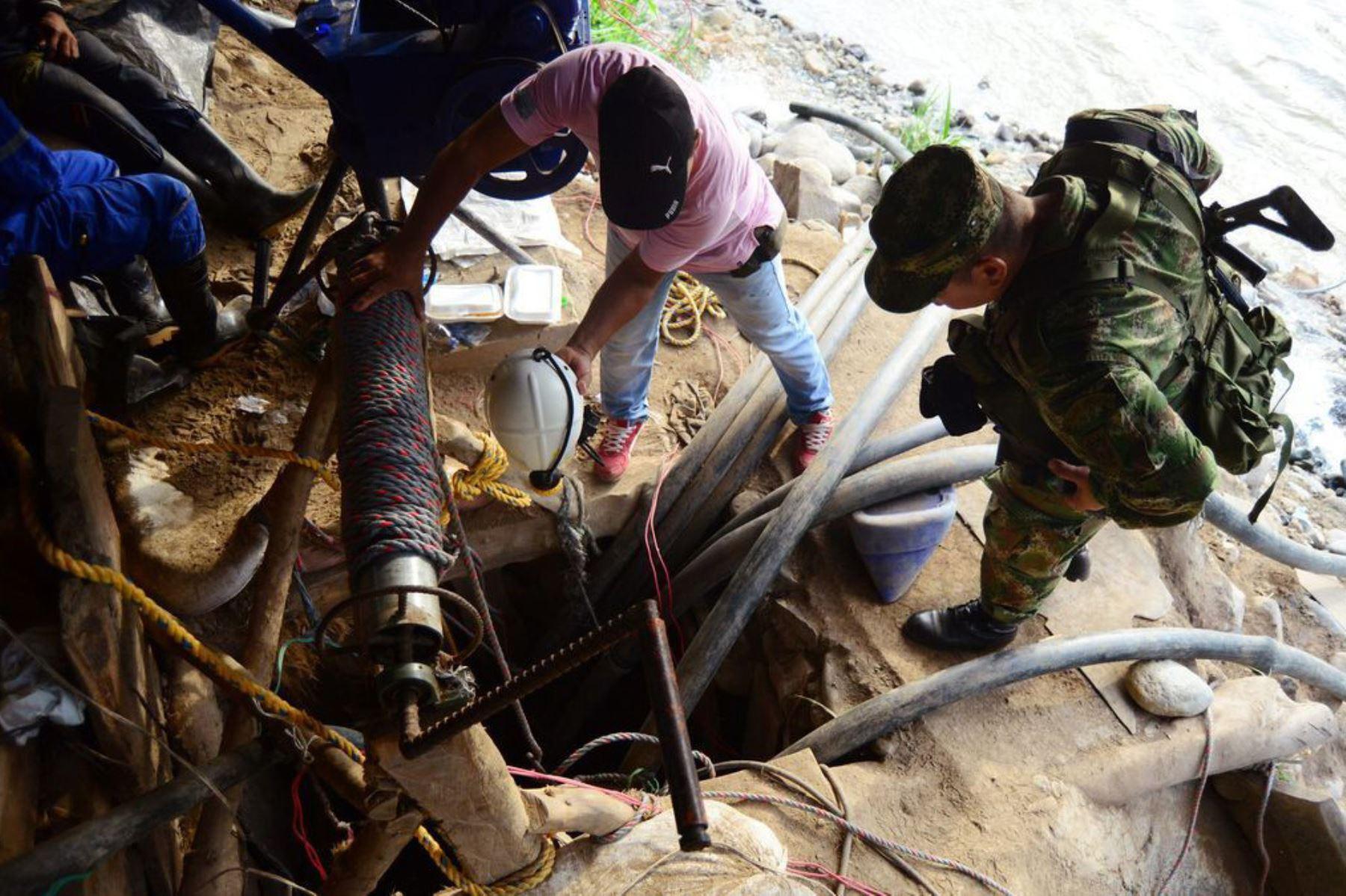 Los socorristas llevarán a la zona motobombas para sacar agua de la mina que al parecer se inundó porque está ubicada muy cerca del río Cauca. Foto: EFE