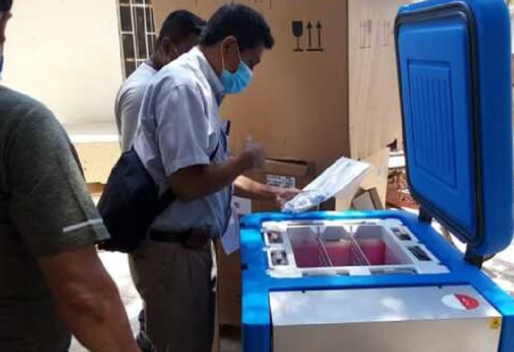La Dirección Regional de Salud (Diresa) de Piura inició la distribución de diez congeladoras solares enviadas por el Ministerio de Salud para asegurar la cadena de frío de las vacunas contra el covid-19. Foto: Minsa