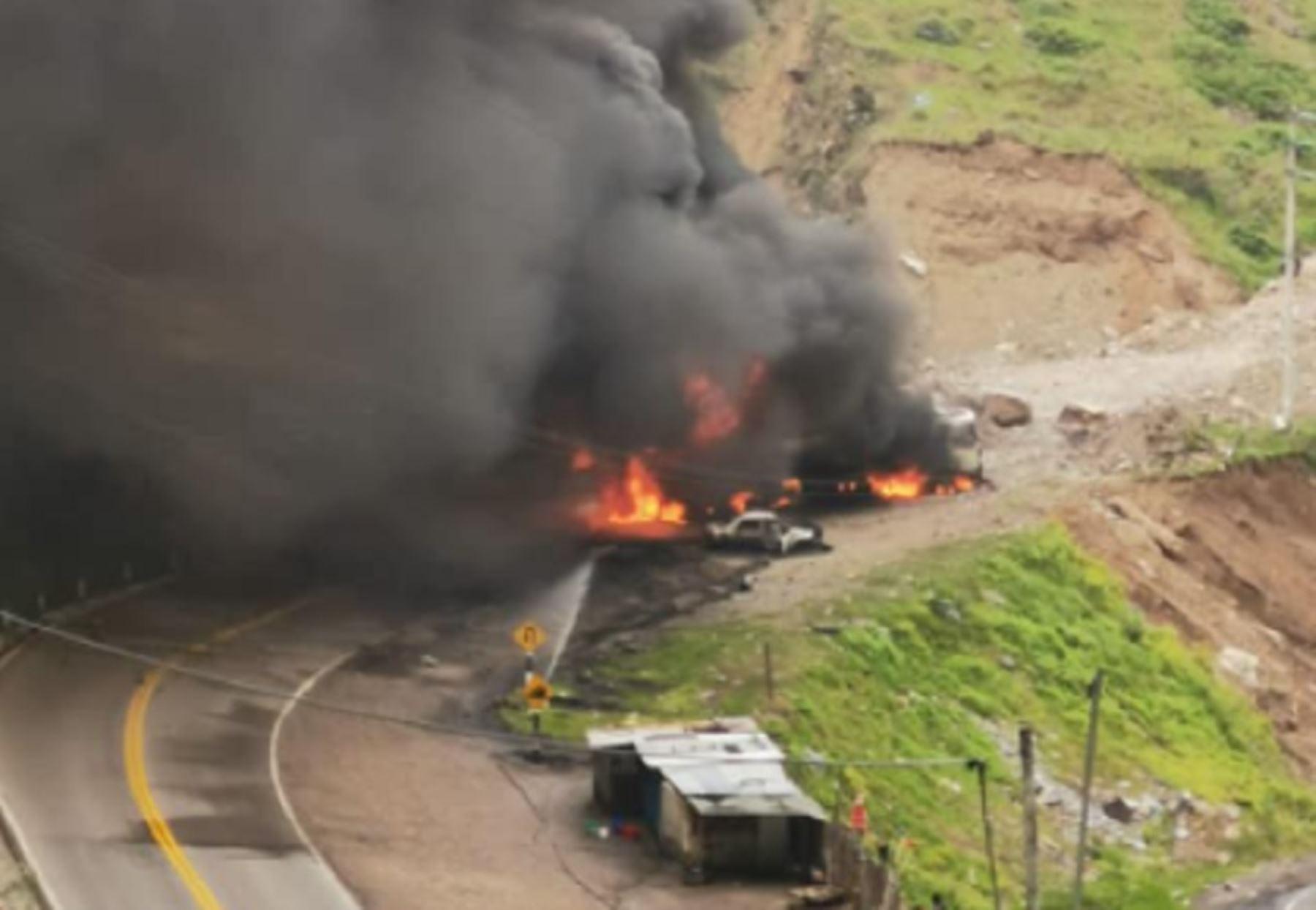 Un incendio de grandes proporciones protagonizado por un convoy de camiones cisterna de combustible obligó al cierre de la carretera Central, a la altura del kilómetro 84+900, cerca de la localidad de Ocatara, perteneciente al distrito de San Mateo, en la provincia de Huarochirí. Foto: Red de Salud de Huarochirí.