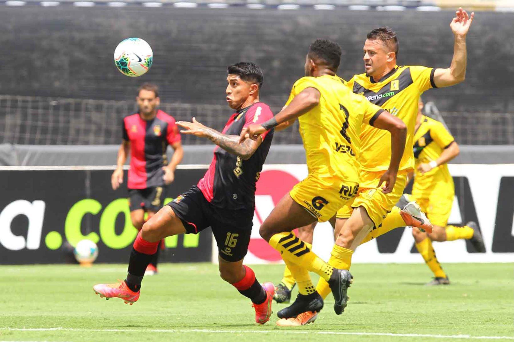 Luis Iberico, de Melgar conduce el balón ante de la marca de Jorge Toledo de Cantolao por la tercera fecha de la Liga 1, en el estadio Alejandro Villanueva.  Foto: Liga 1
