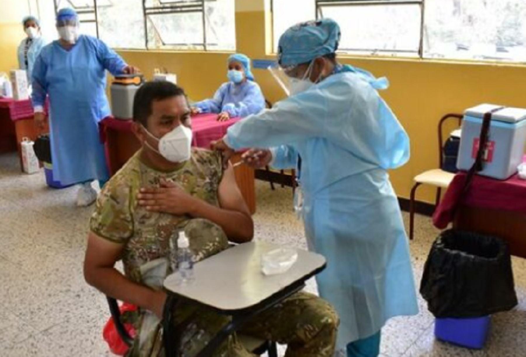 Las vacunas del laboratorio Pfizer enviadas por el Ministerio de Salud (Minsa) a la Dirección Regional de Salud (Diresa) de Piura y a la Gerencia Regional de Salud (Geresa) de Lambayeque ya fueron aplicadas a casi 4,000 efectivos de las Fuerzas Armadas en ambas regiones.