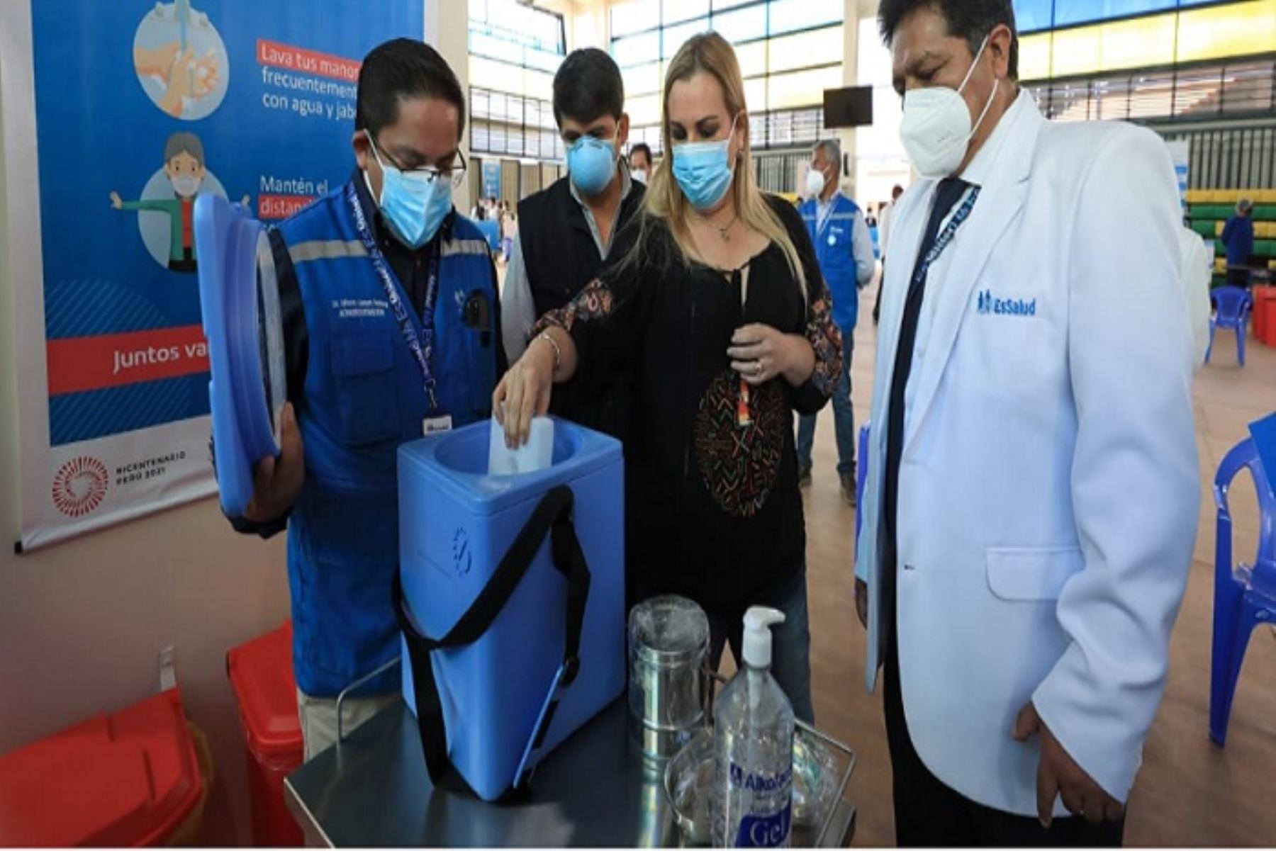 Fiorella Molinelli visitó también moderna cadena de frío que pueden conservar más de 200 mil vacunas Pfizer.