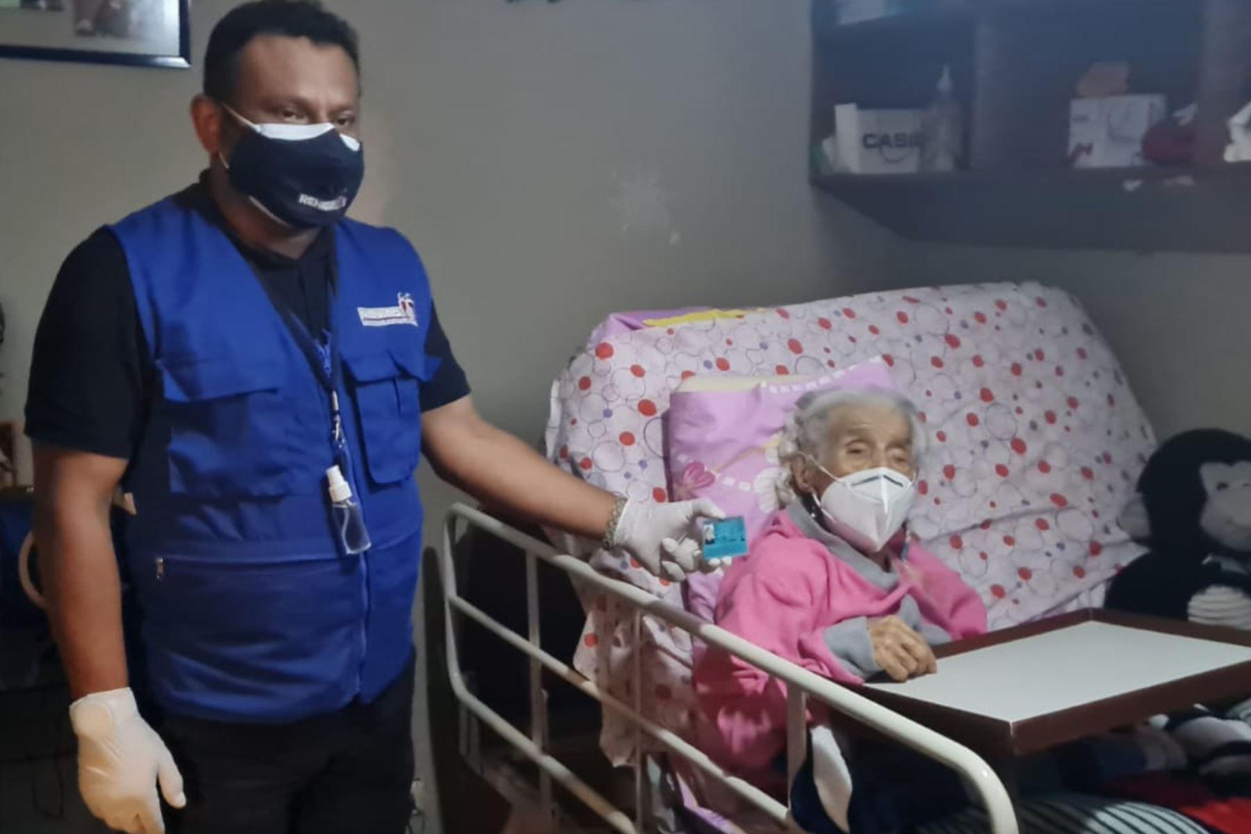 La señora Olinda Espinoza de Vera, de 101 años, recibió el duplicado de su DNI en su domicilio. Foto: ANDINA/Difusión