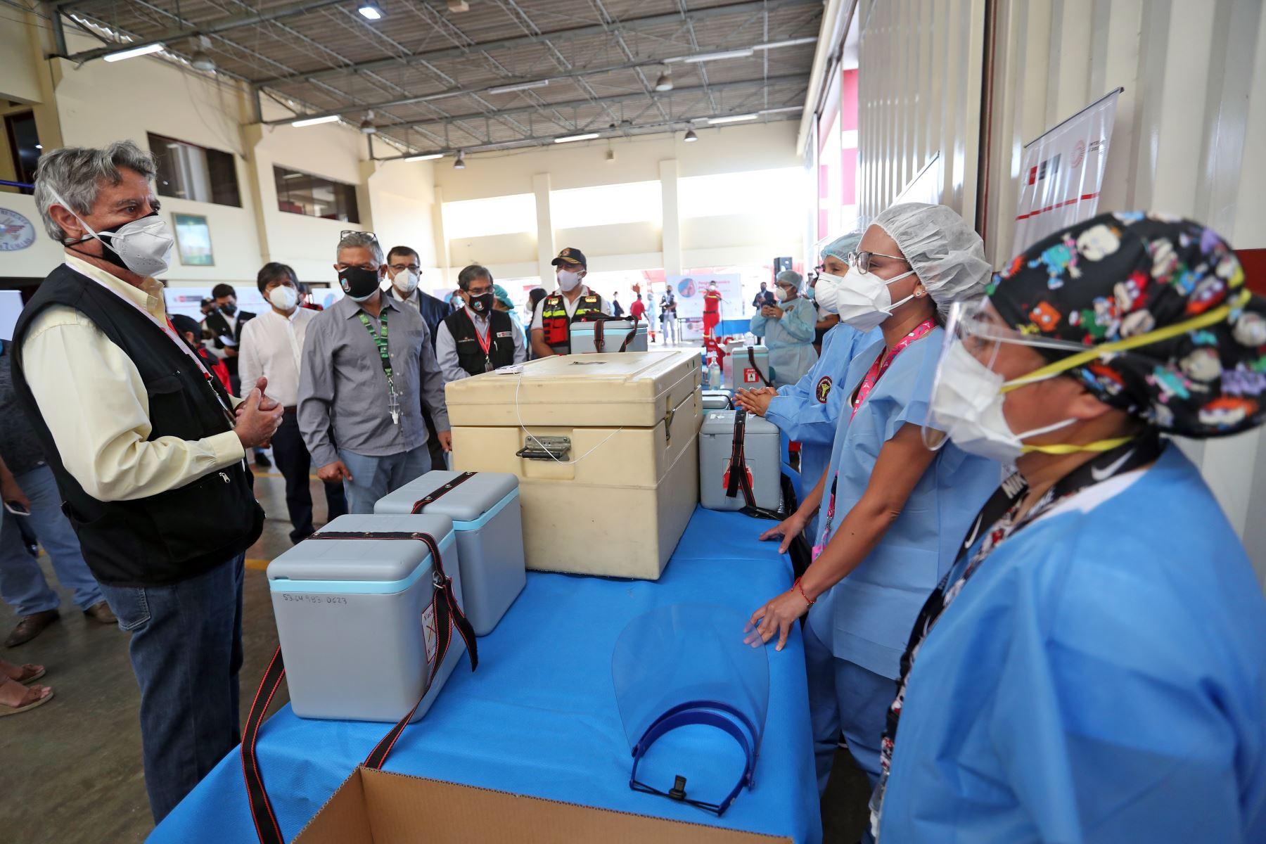 El presidente de la Republica,  Francisco Sagasti, junto con los titulares del Minsa y Mininter, supervisan el inicio del proceso de vacunación contra la covid-19 a los integrantes del Cuerpo General de Bomberos Voluntarios del Perú. Foto: ANDINA/Prensa Presidencia
