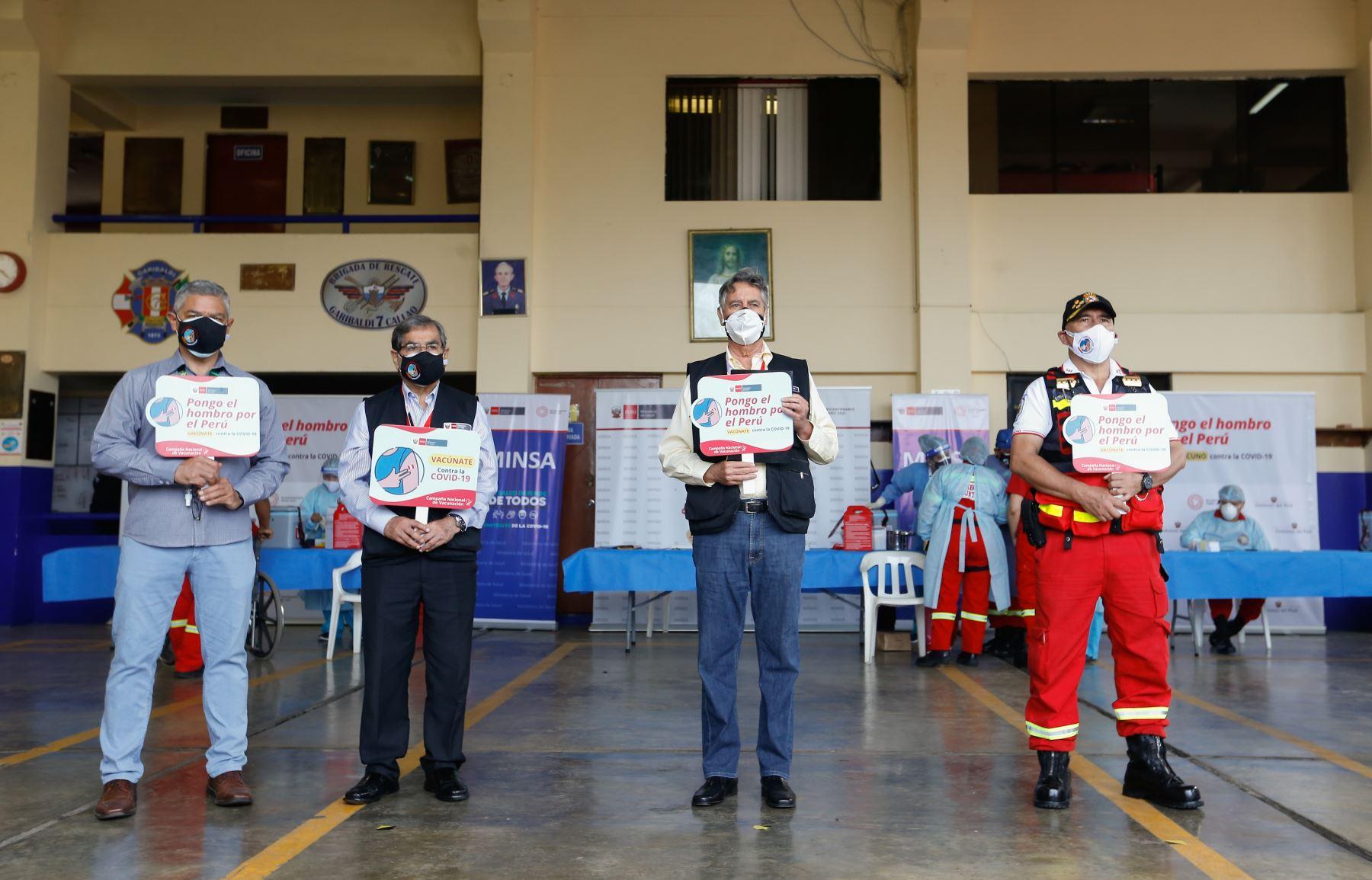 El presidente de la Republica,  Francisco Sagasti, junto con los titulares del Minsa y Mininter, supervisan el inicio del proceso de vacunación contra la covid-19 a los integrantes del Cuerpo General de Bomberos Voluntarios del Perú. Foto: ANDINA/Minsa