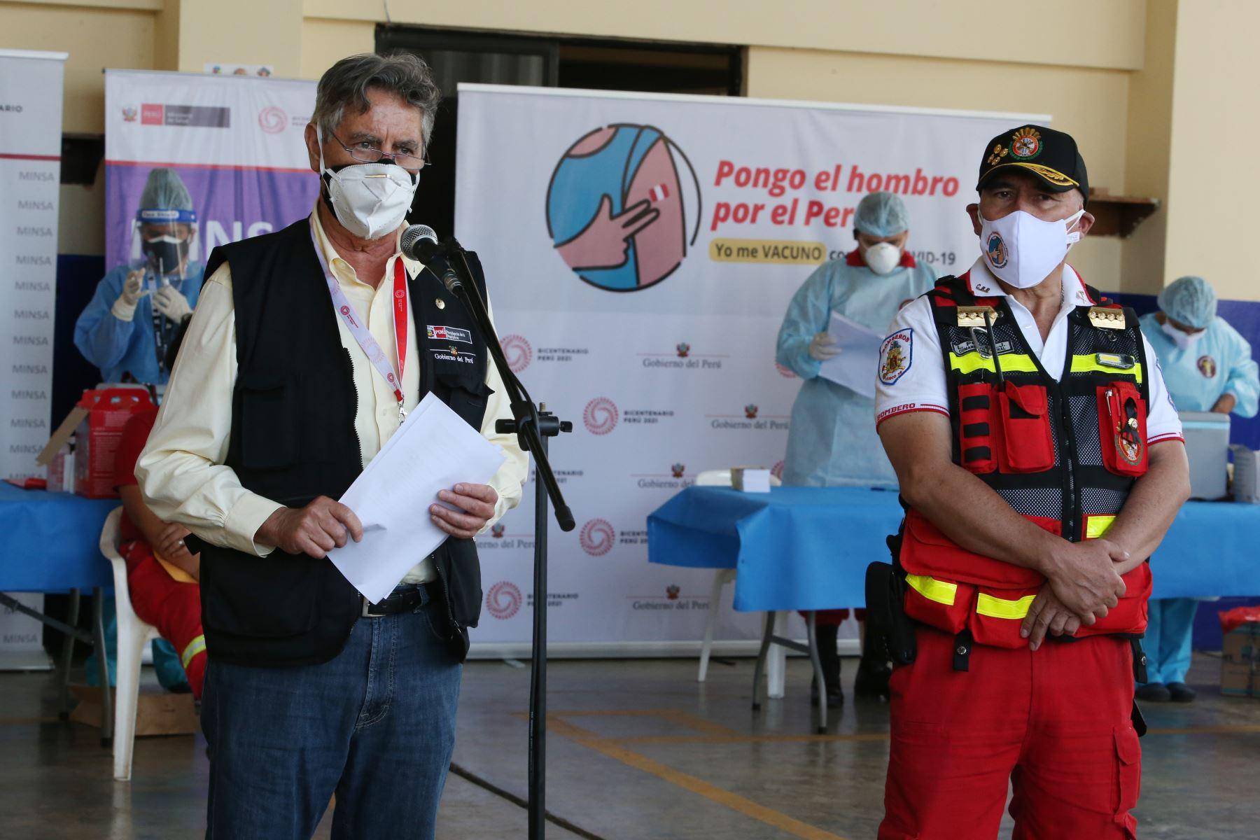 El presidente de la Republica,  Francisco Sagasti, junto con los titulares del Minsa y Mininter, supervisan el inicio del proceso de vacunación contra la covid-19 a los integrantes del Cuerpo General de Bomberos Voluntarios del Perú. Foto: Cortesía César García