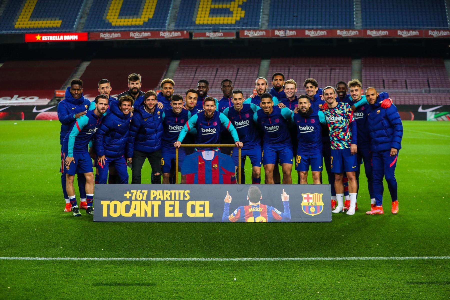 Messi recibió una camiseta conmemorativa tras cumplir este lunes su partido 769 con el equipo azulgrana. Foto: Barcelona FC