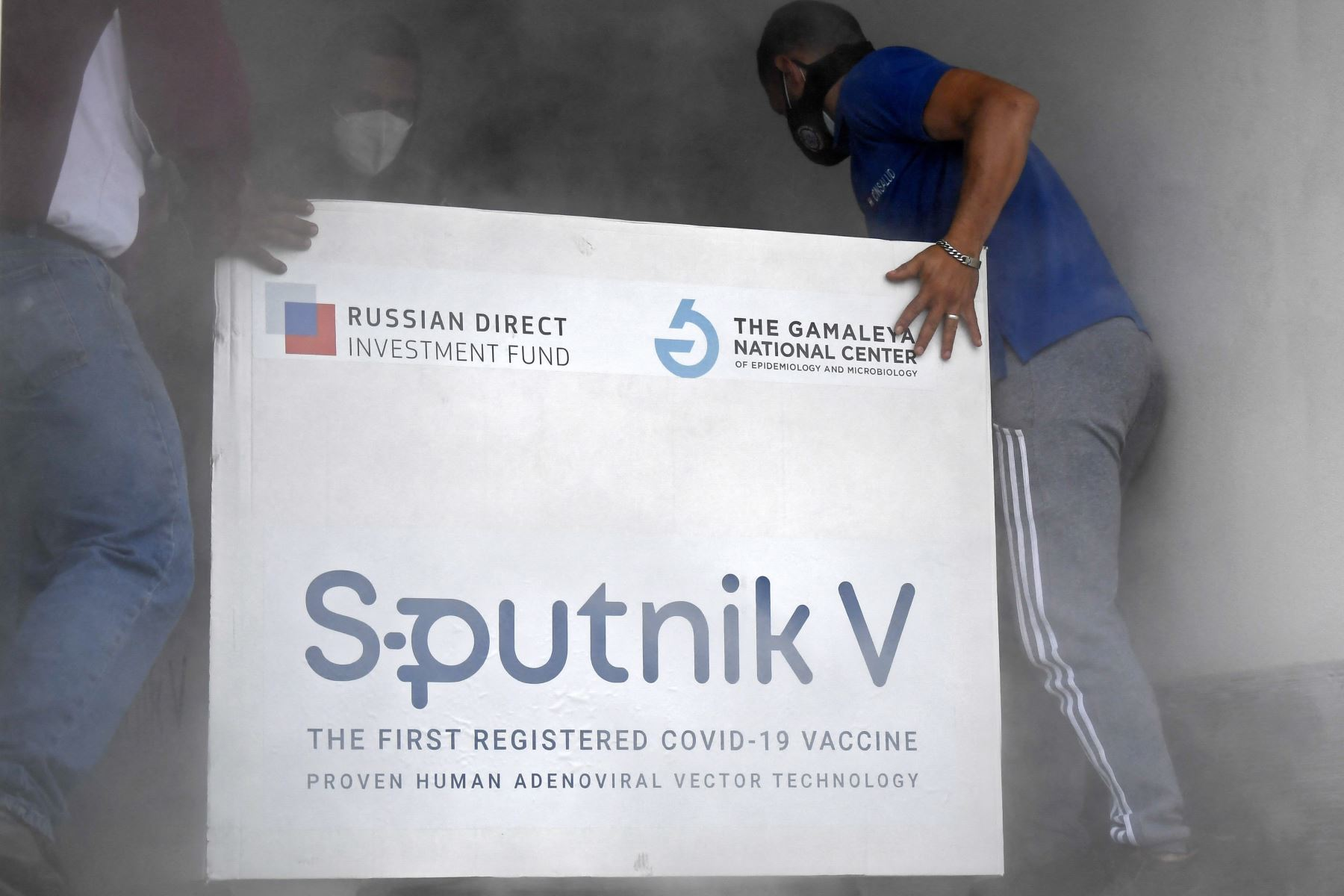 La fabricación del preparado en el exterior se puede utilizar tanto para vacunar a los habitantes de otros países como a los propios rusos. Foto: AFP