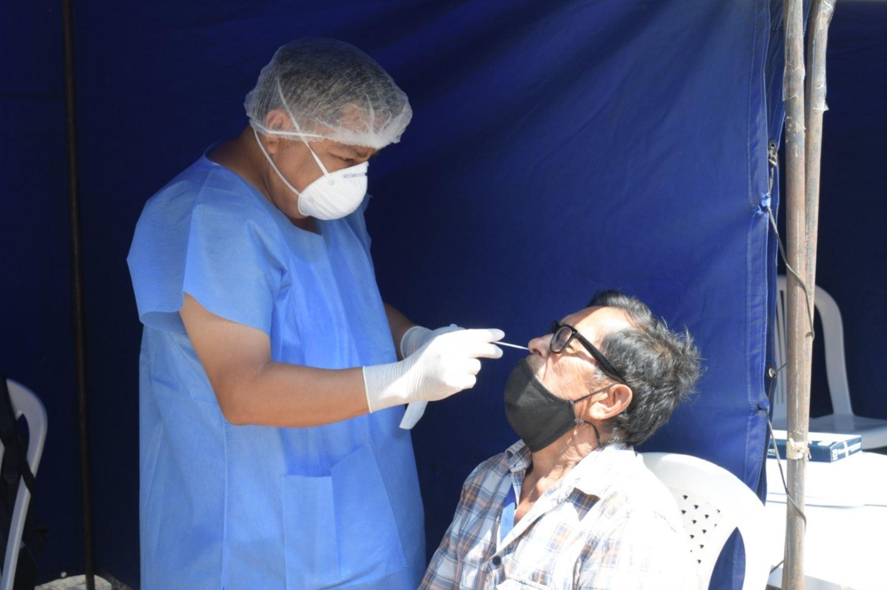 Toma de muestra nasofaríngea para descarte de covid-19.