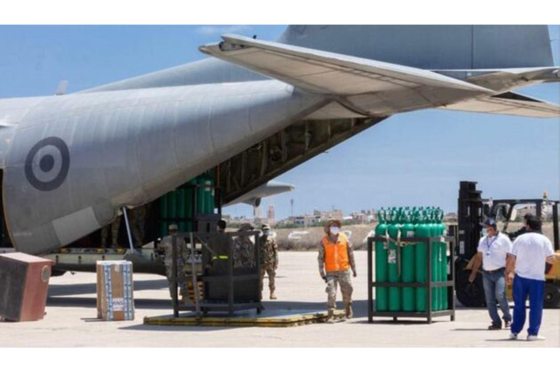 En aviones de la FAP se movilizaron kits de camas UCI y balones de oxígeno medicinal para Piura y Lambayeque. Foto: ANDINA/Difusión