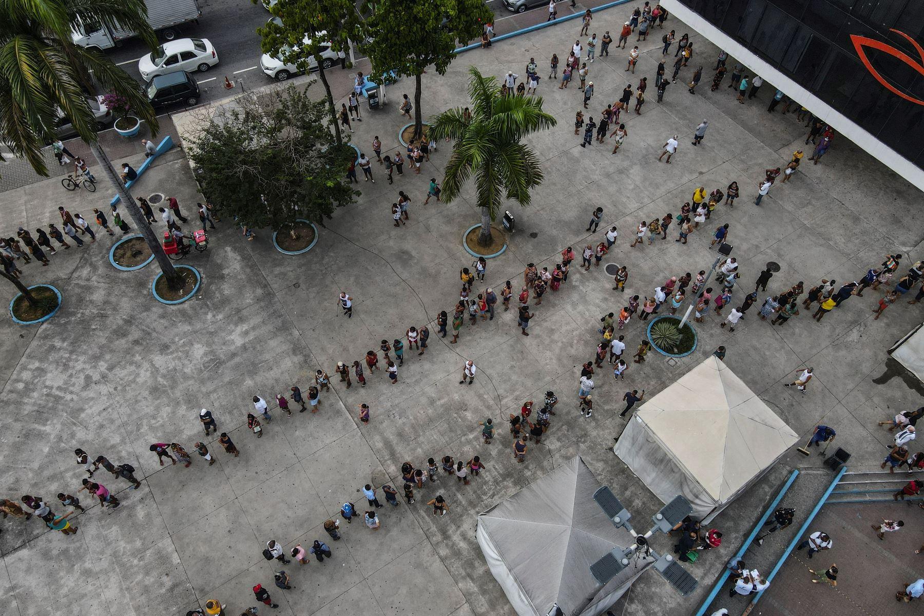 Fotografía con dron muestra a decenas de personas mientras hacen fila para recibir la vacuna contra la Covid-19 hoy, en la ciudad de Duque de Caxias, Brasil, el 29 de marzo del 2021. Foto: EFE