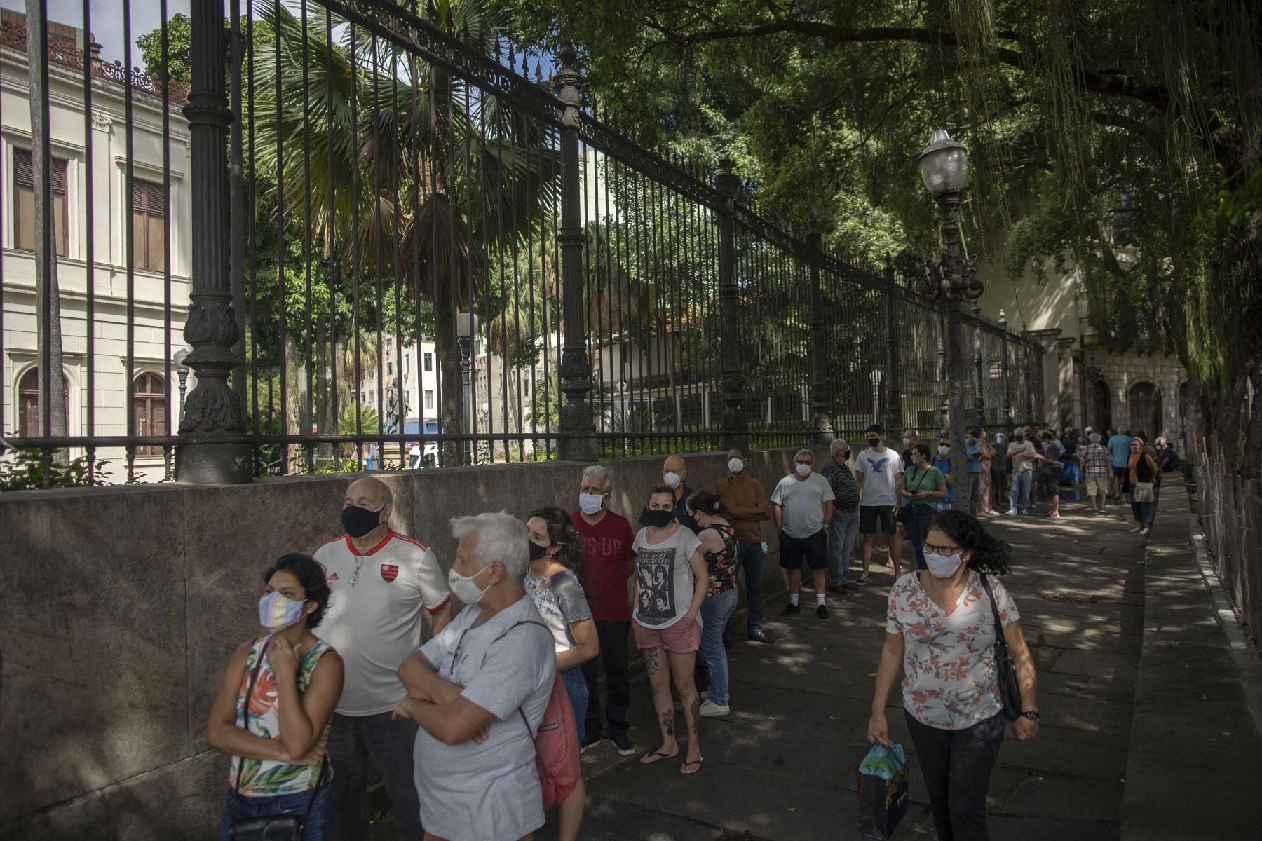 Personas hacen cola para ser inoculadas contra el nuevo coronavirus con la vacuna Sinovac CoronaVac de China producida por Butantan, el mayor productor de vacunas de Brasil, en Río de Janeiro, el 31 de marzo del 2021. Foto: AFP