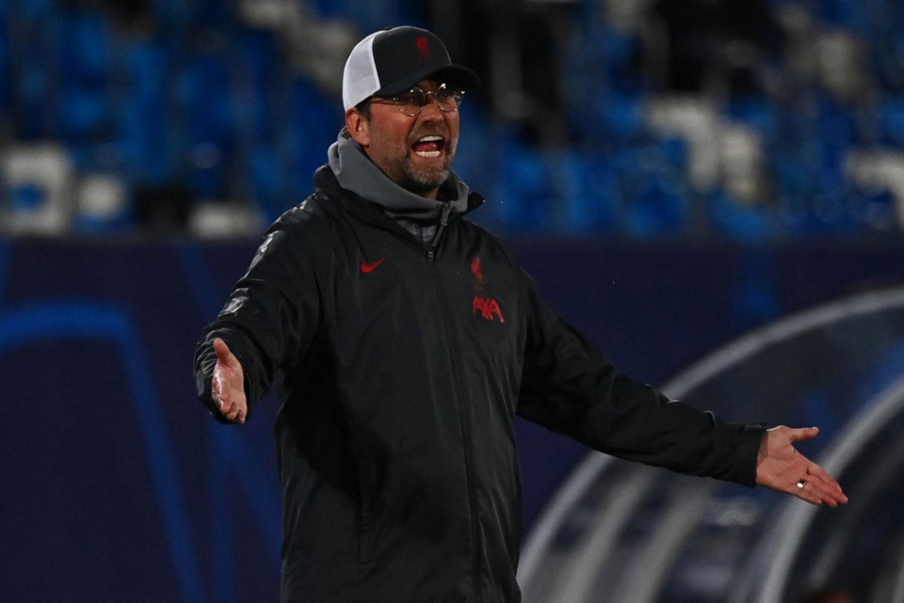 El técnico alemán del Liverpool, Jurgen Klopp, reacciona durante el partido de ida de cuartos de final de la Liga de Campeones de la UEFA entre el Real Madrid y el Liverpool en el estadio Alfredo di Stefano de Valdebebas, en las afueras de Madrid.  Foto:AFP